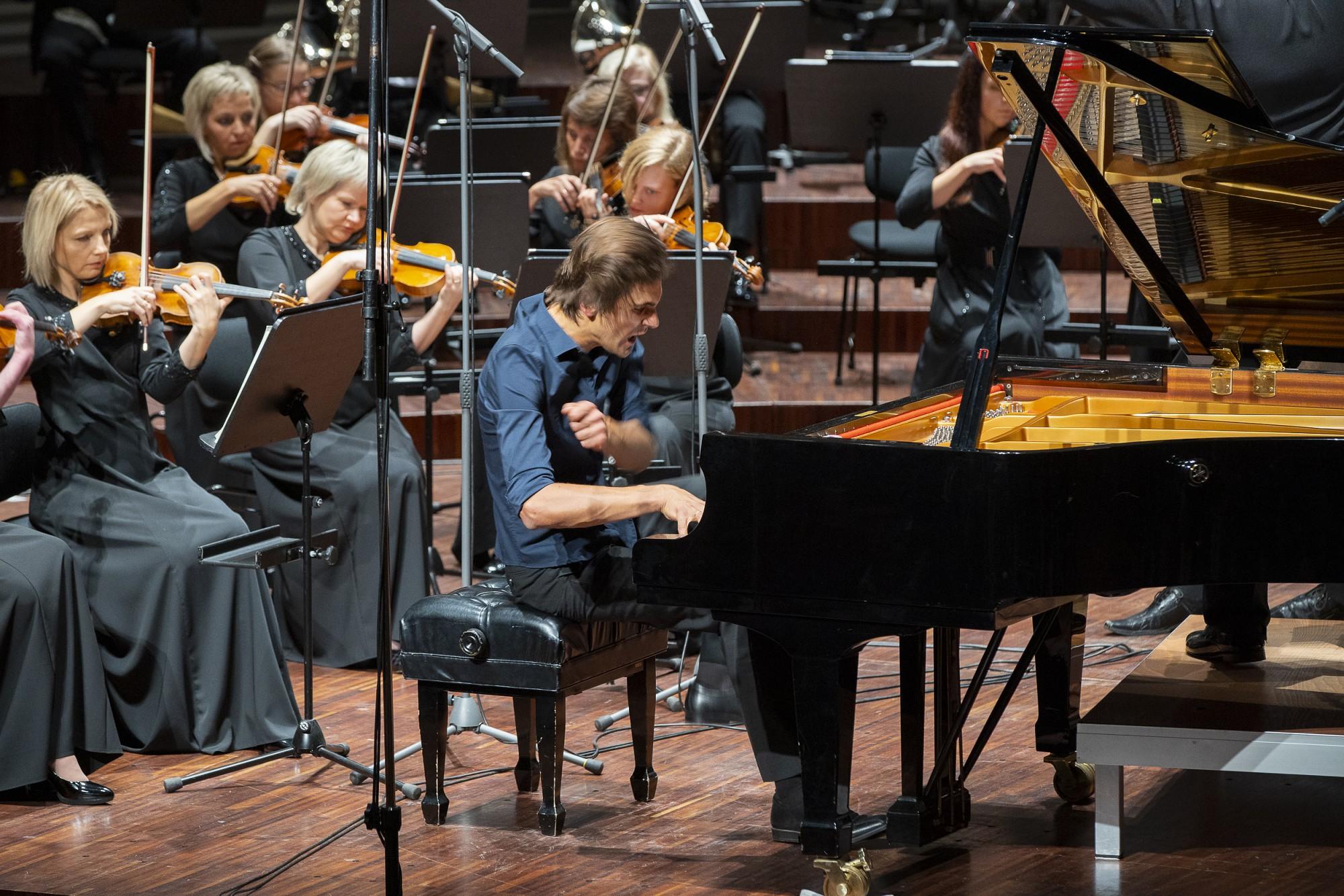 Ar latvisku simfoniju Kārlis Lācis sajūsmina Liepāju
