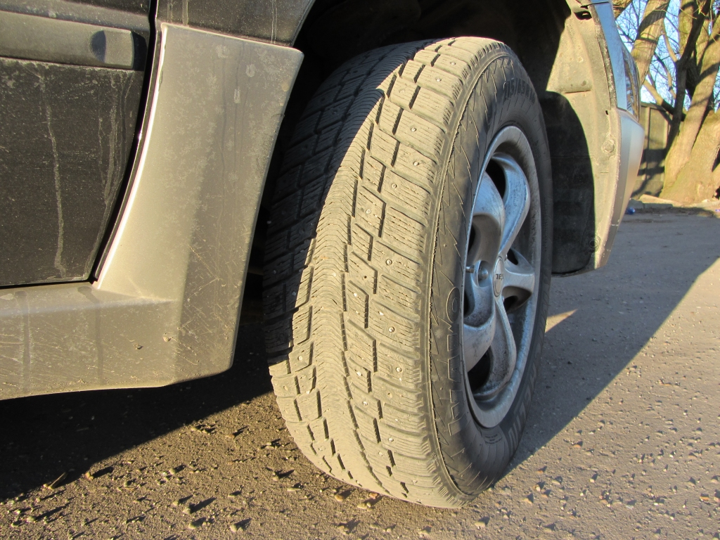 Grīzupes ielā divām automašīnām pārdurtas riepas