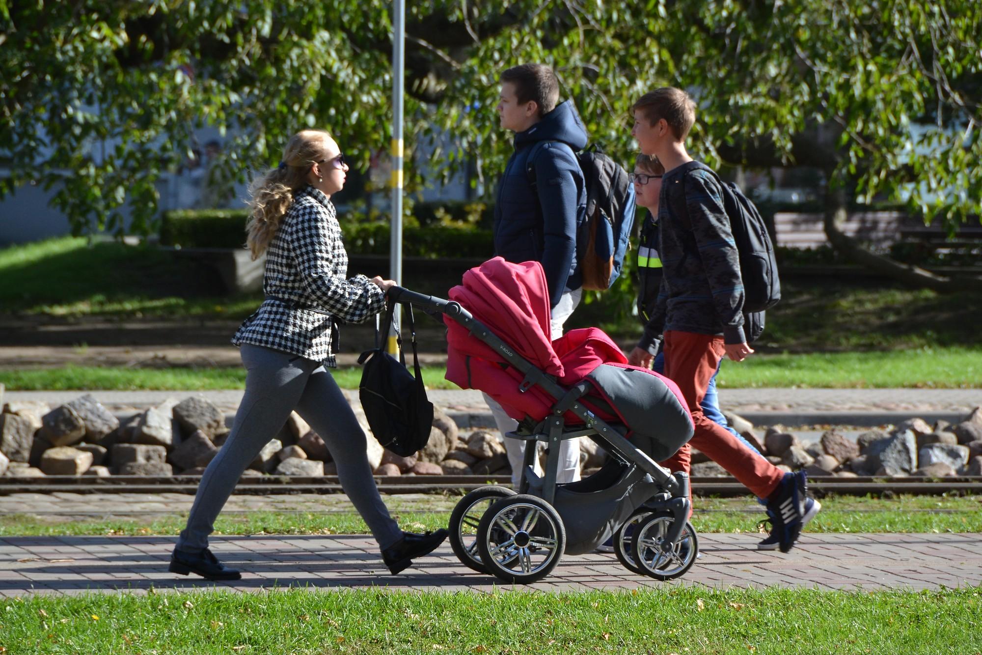 No nākamā gada nepilsoņa statusu jaundzimušiem bērniem vairs nepiešķirs