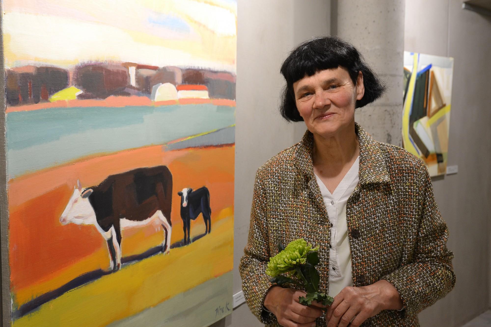 """Apskatāma mākslinieces Ilzes Karlsones personālizstāde """"Pietura Rudens""""."""