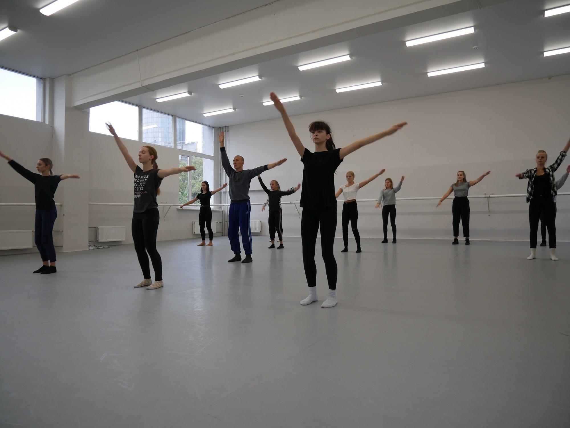 Liepājas dejotāji piedalās baleta klases stundās Rīgā