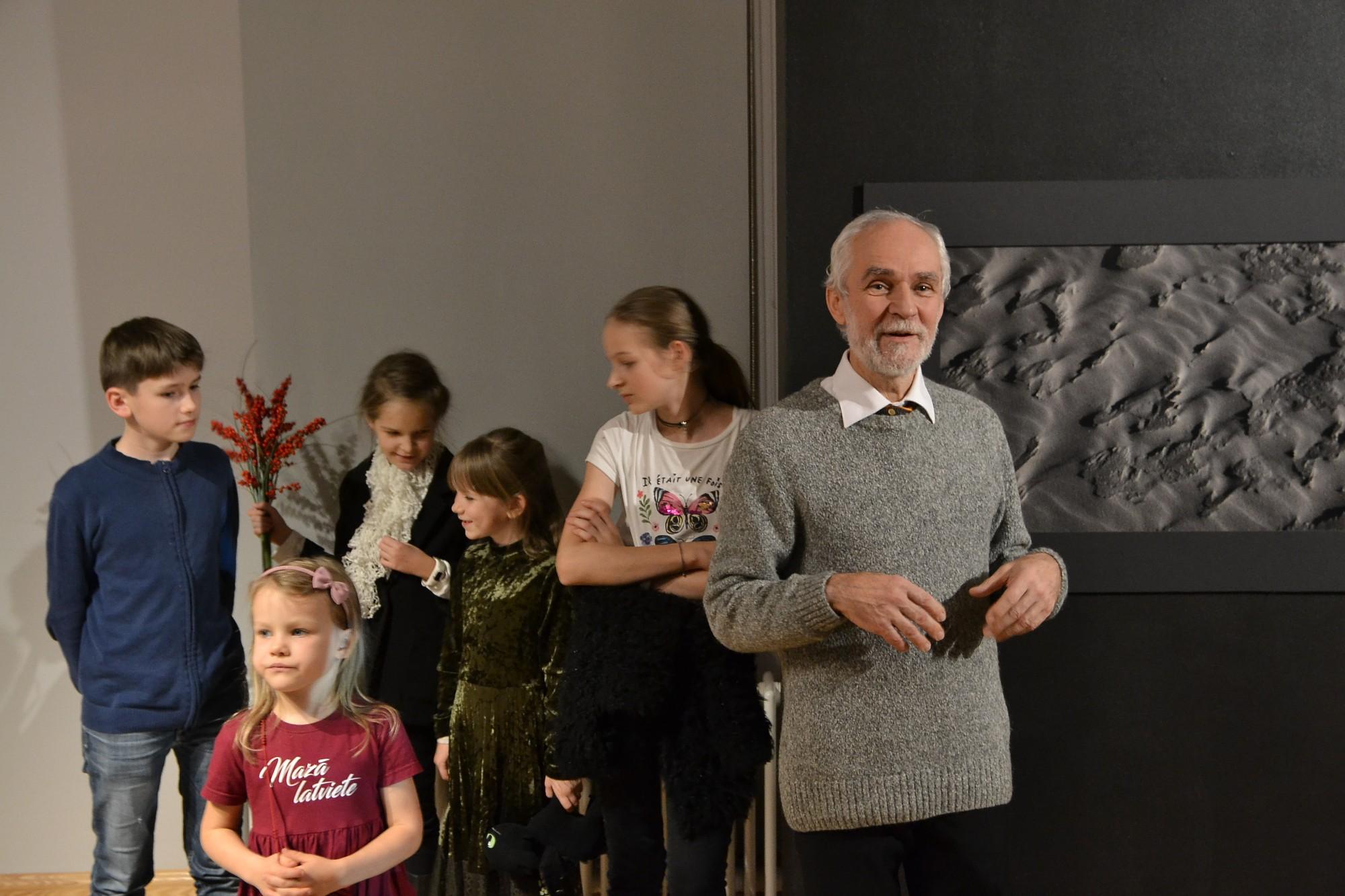 Gaisma ir trausla. Liepājas muzejā apskatāma keramiķa Imanta Klīdzēja personālizstāde