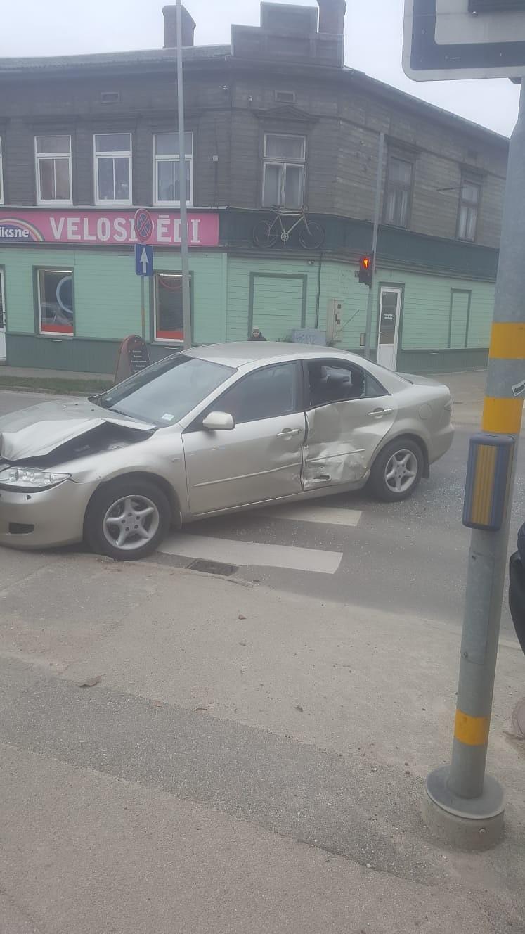 """Ganību un K.Ukstiņa ielas krustojumā saskrienas """"Mazda"""" un """"Suzuki"""""""
