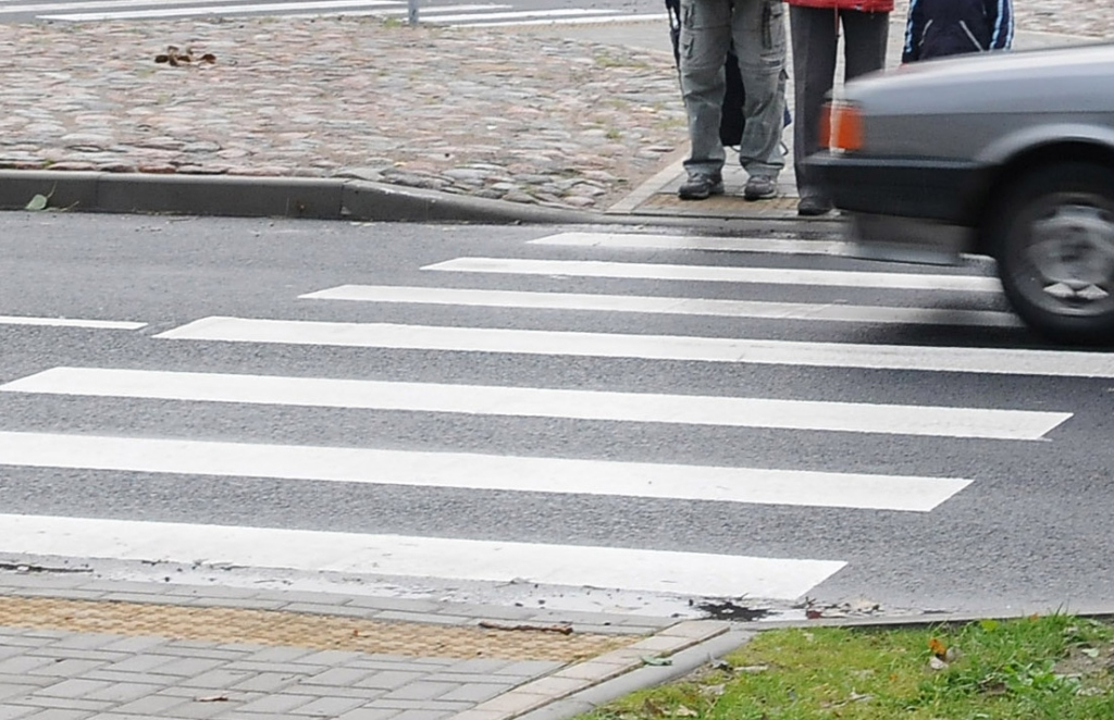 Jelgavas ielā uz gājēju pārejas uzbrauc sievietei; aicina atsaukties negadījuma aculieciniekus
