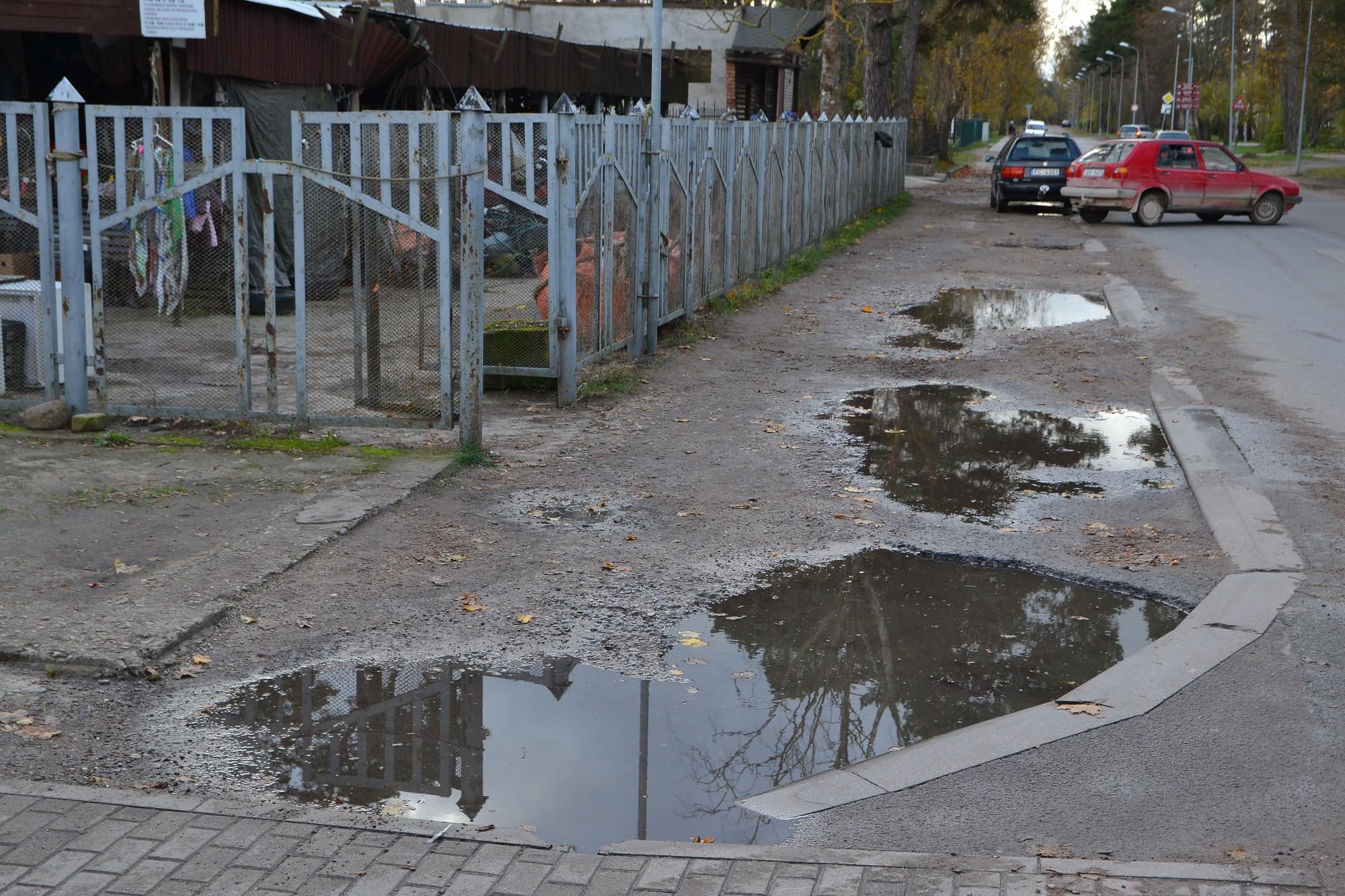 Karostā pamazām atjauno ietves