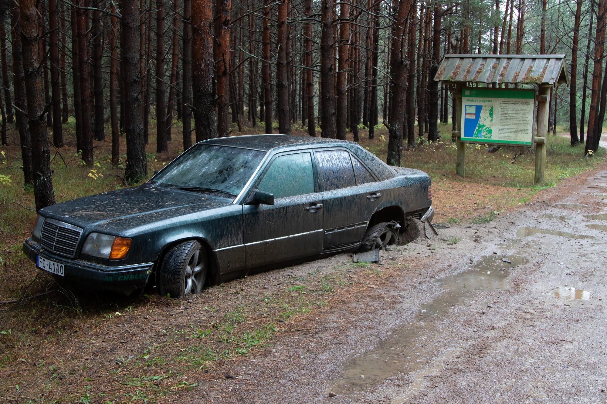"""Medzes pagasta mežā pamet automašīnu """"Mercedes"""""""