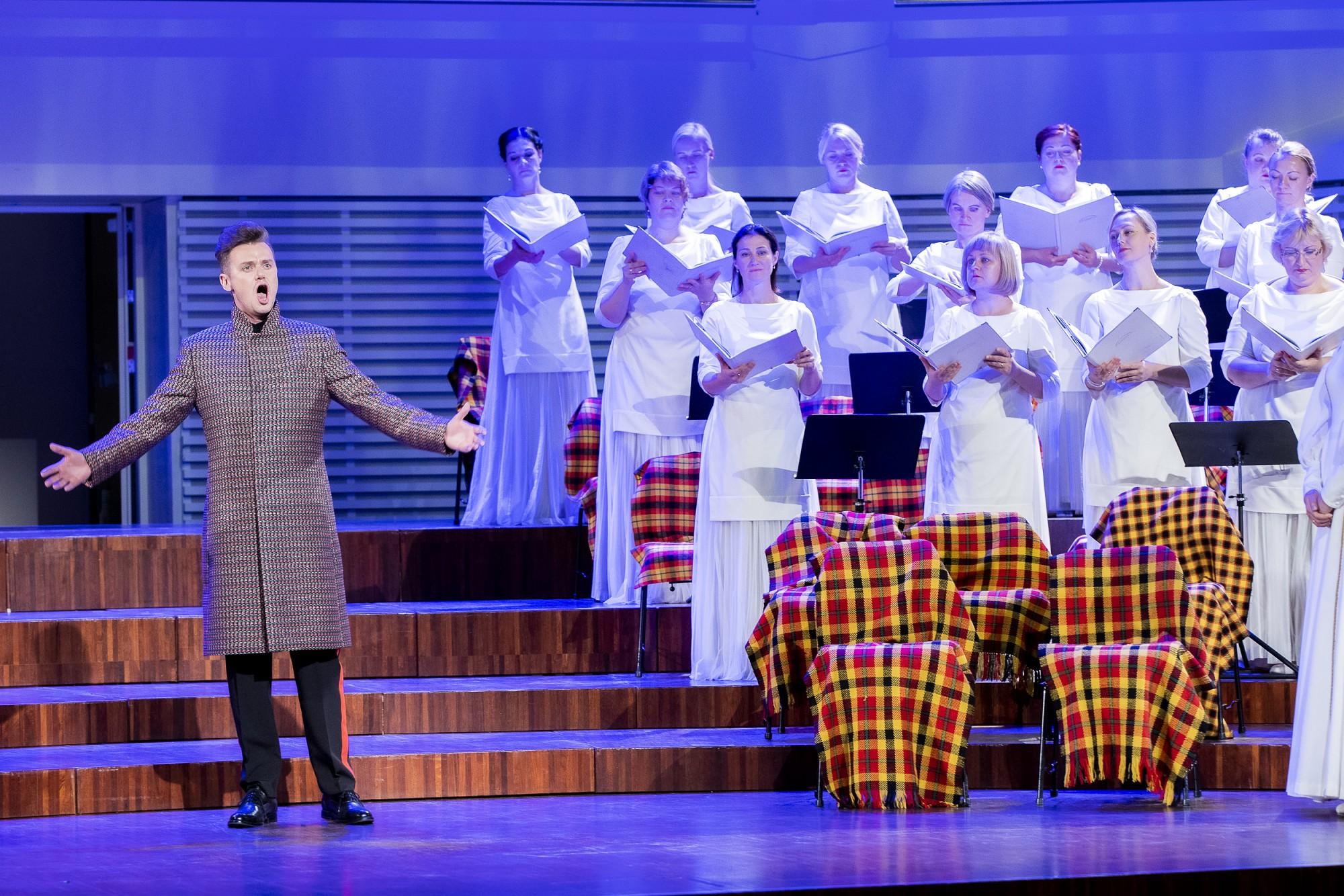 """Jaunieši gūst nelielu ieskatu jaunajā operā """"Suitu sāga"""""""