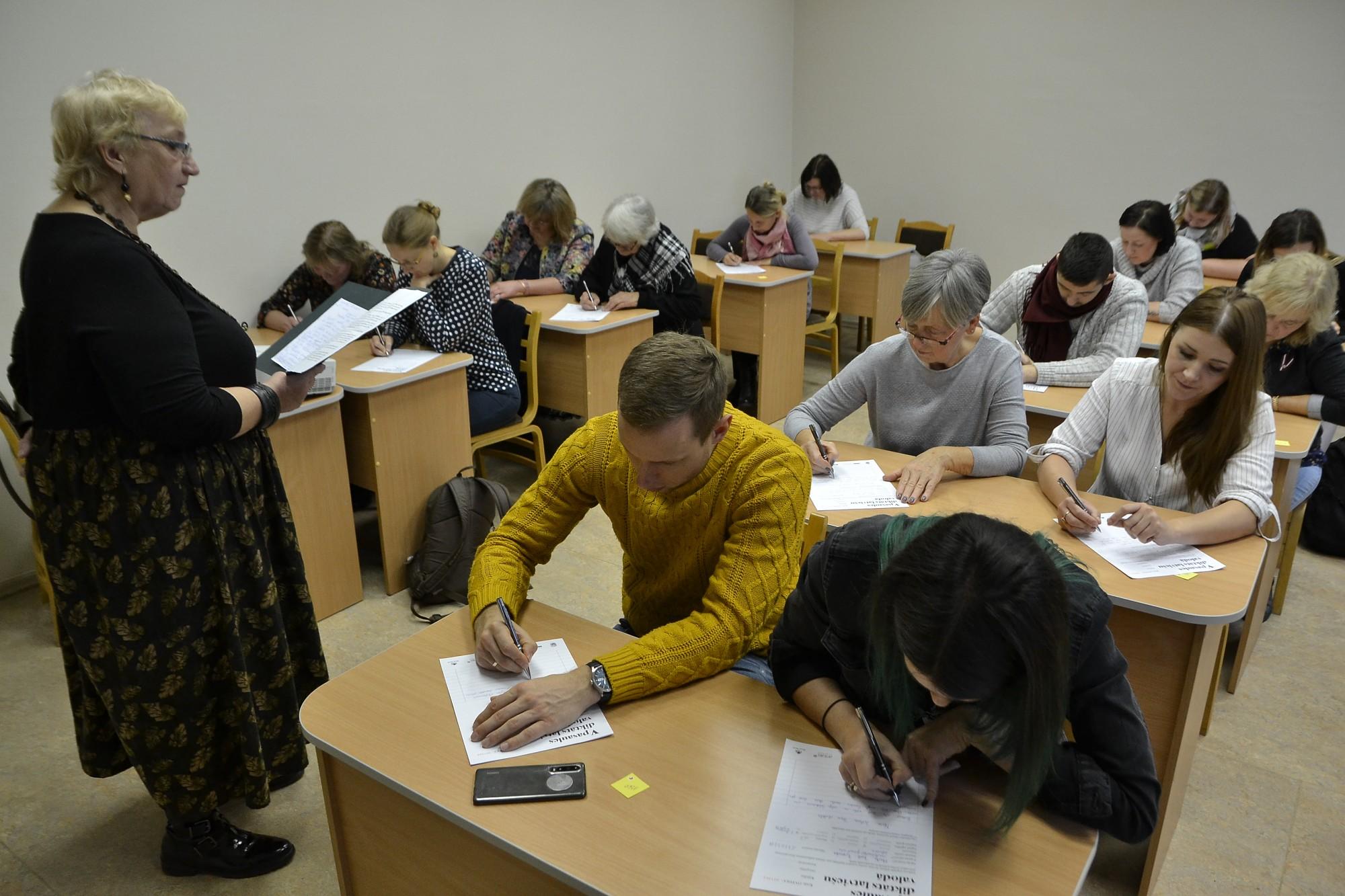 Latviešu valodas svētki, diktātu rakstot
