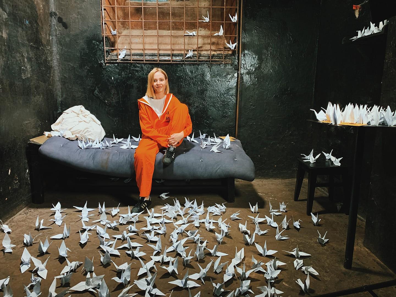 """""""Vilciens"""" Karostas cietumā. Dziedātāja no Daugavpils video klipu savai dziesmai filmē arī Liepājā"""