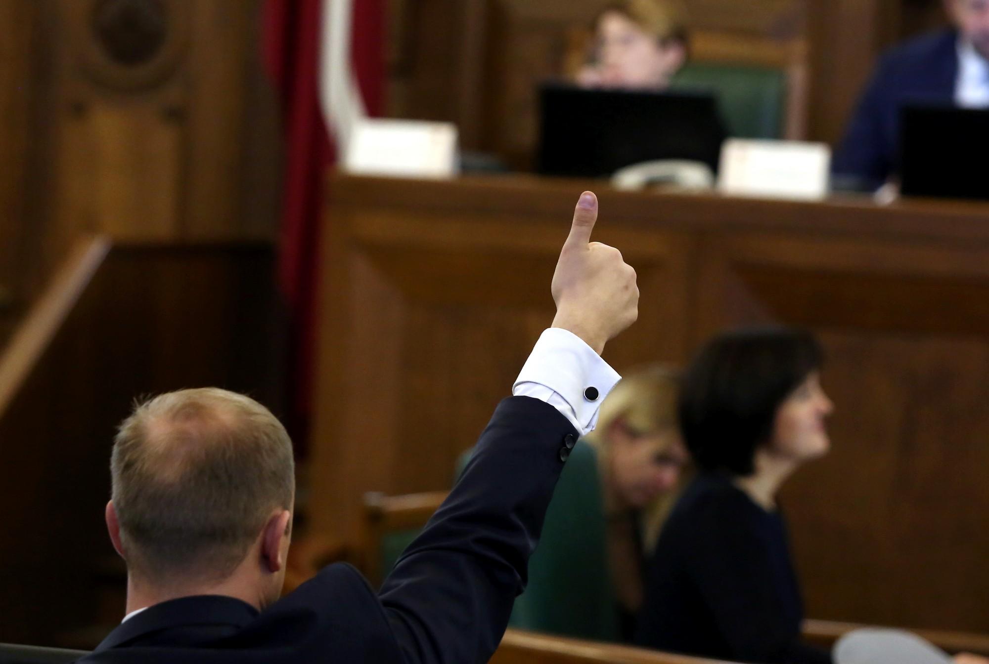 """Saeima piekrīt līdz 13.Saeimas sasaukuma beigām """"iesaldēt"""" deputātu algas"""