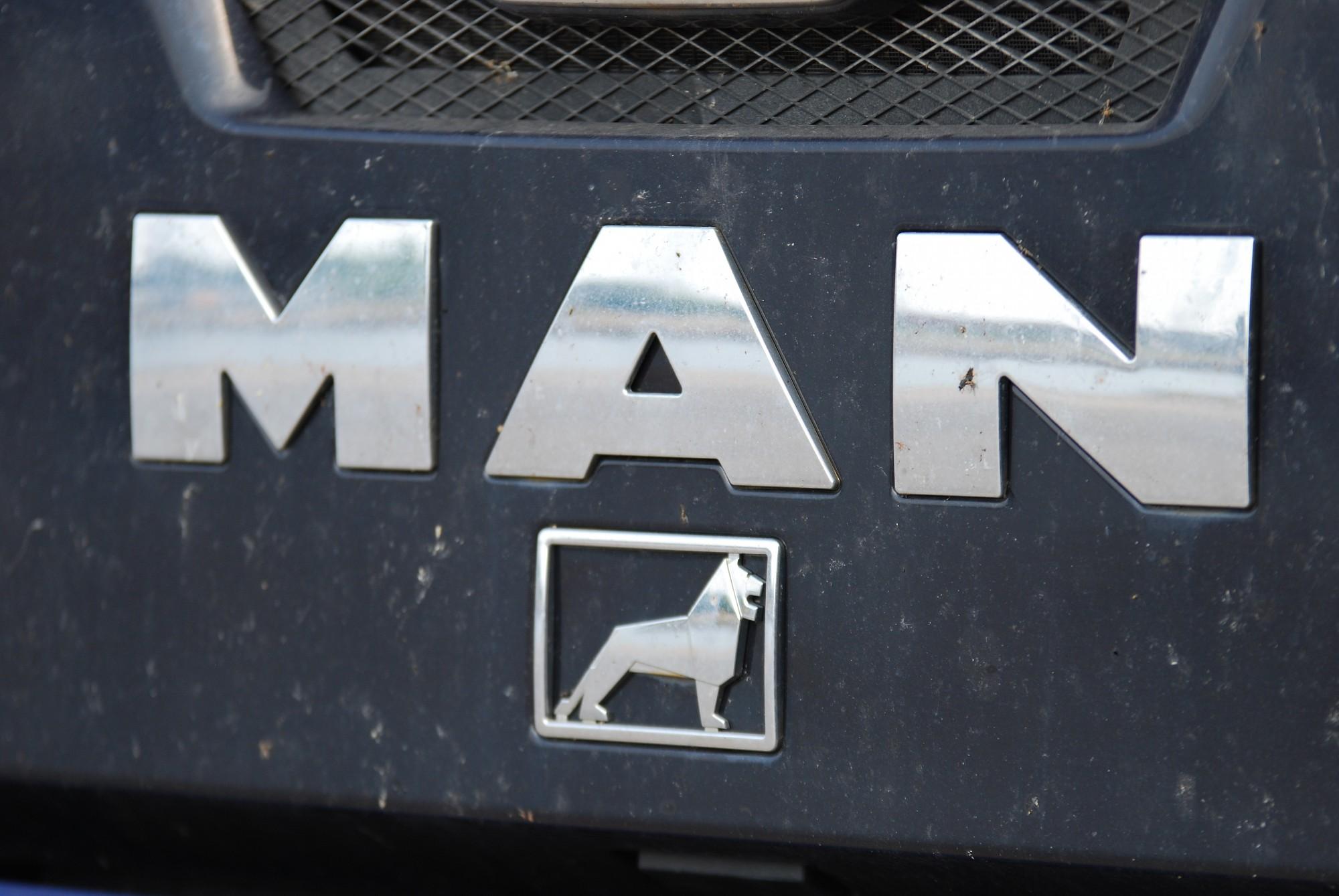 """Automašīnas """"MAN"""" vadītājs iestūrē mājas sienā"""