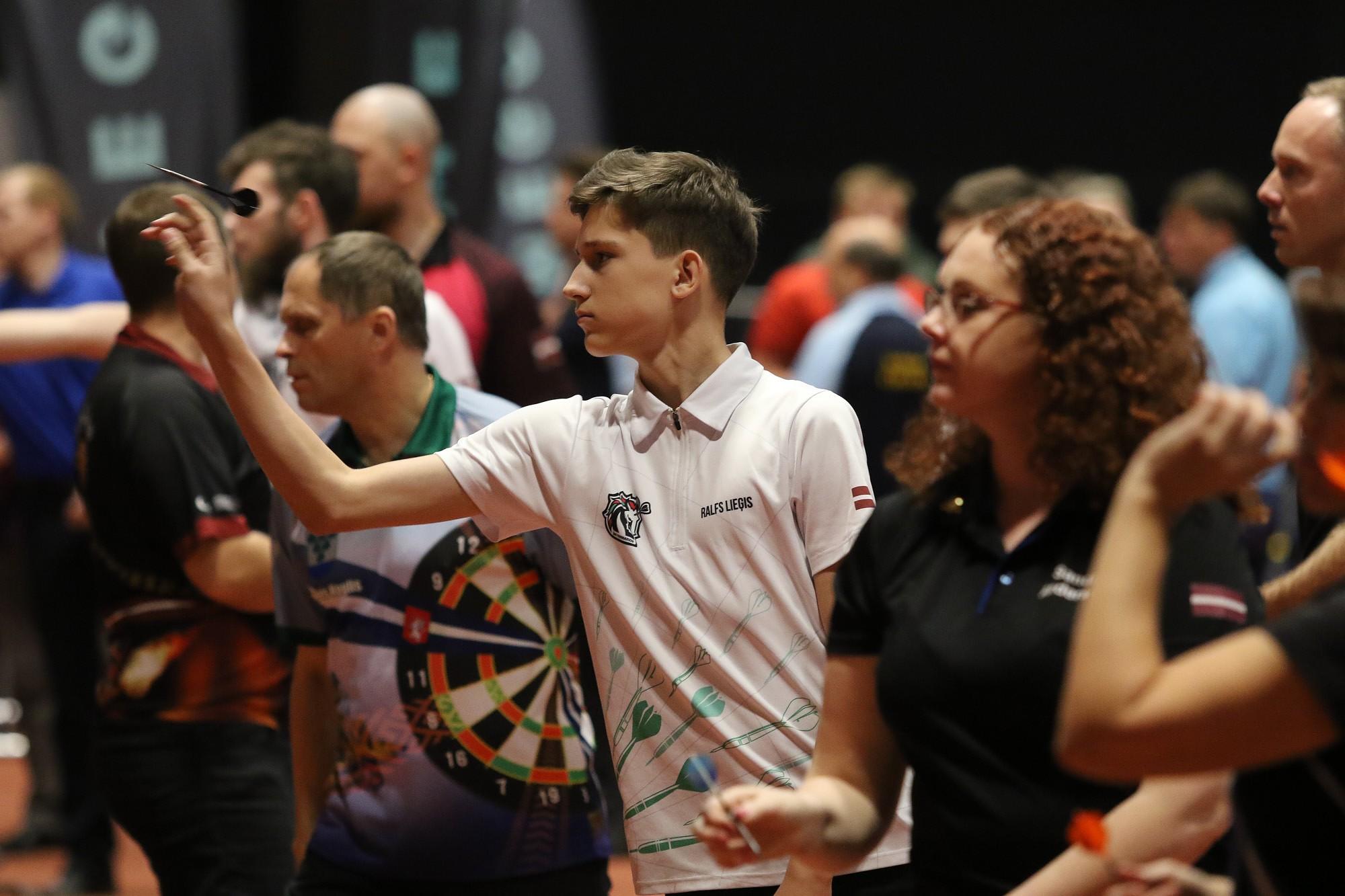 Liepājnieki dominēja junioru un jauniešu šautriņu mešanas turnīros