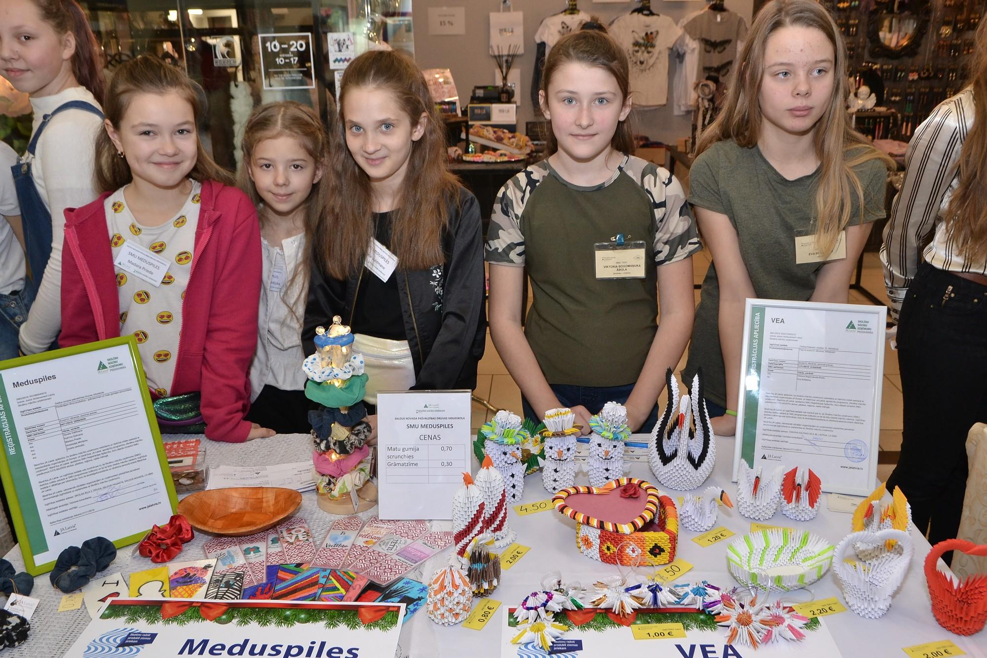 Skolēni tirgo savus ražojumus un piedalās konkursā