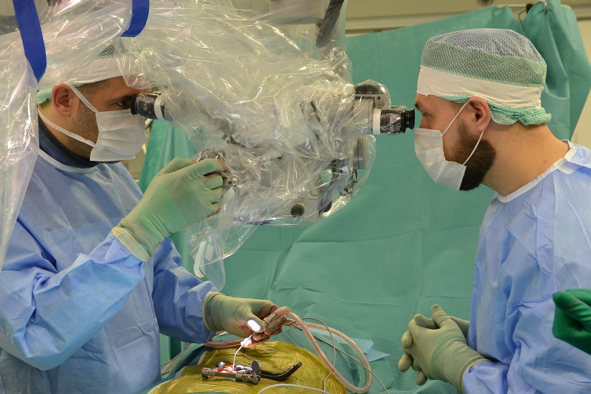Slimnīca iegādājas mikroskopu, kas paver jaunas iespējas muguras saslimšanu ārstēšanā