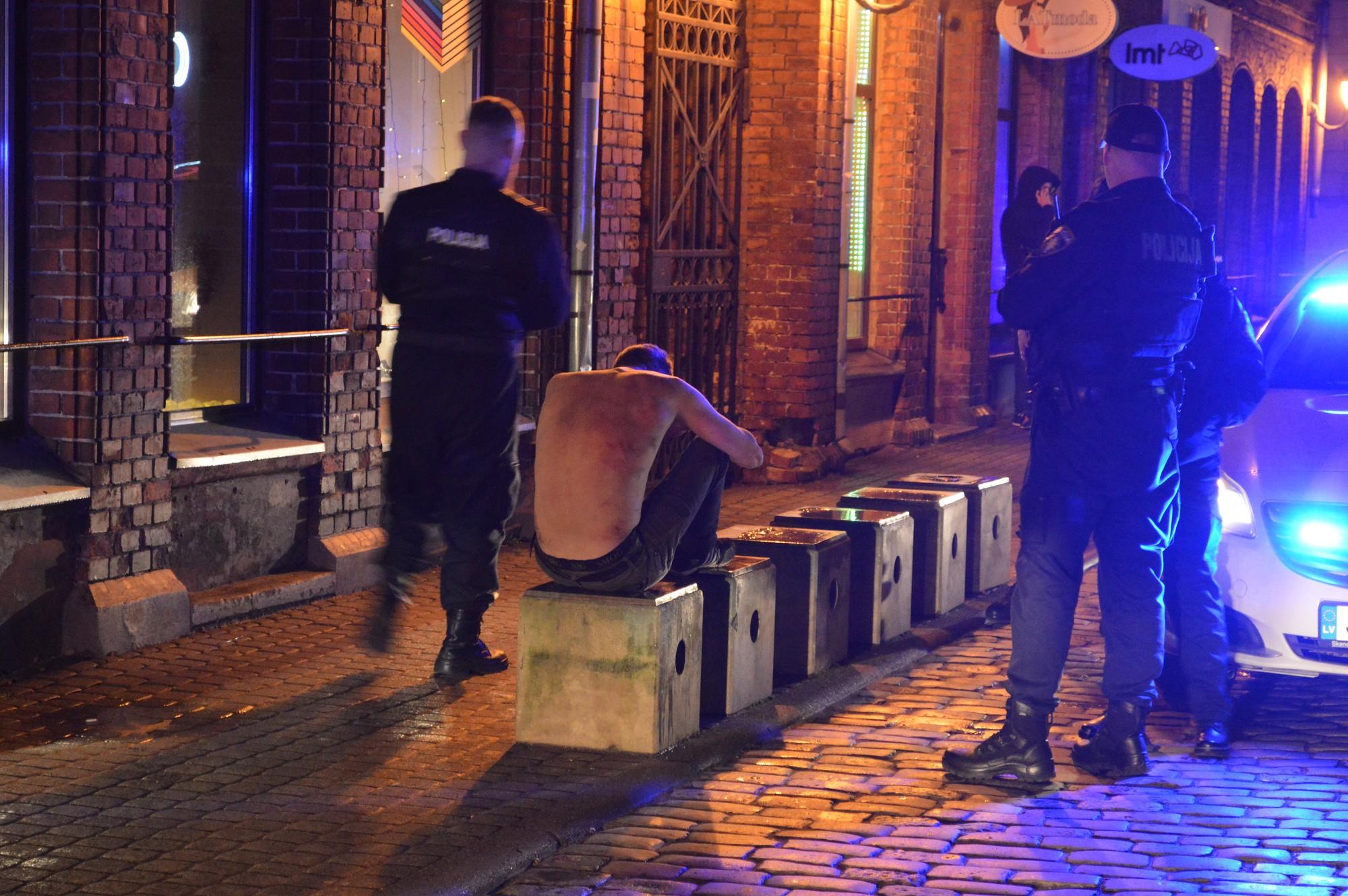 Nakts patruļa ar policistiem. Likumsargi cēla gulošos un izšķīra kautiņu