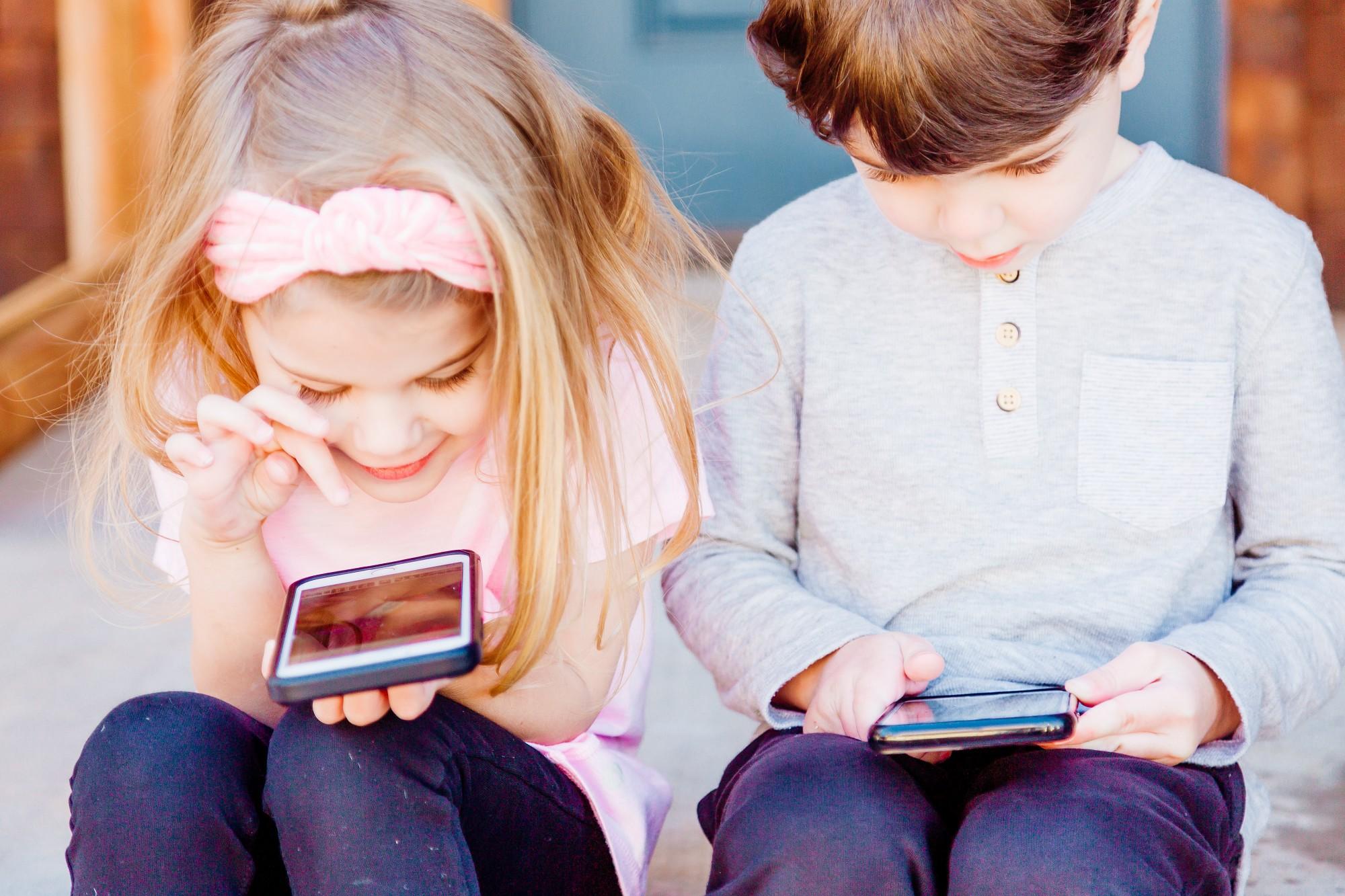 """Kad """"sēdēšana"""" telefonā pietuvojas atkarībai… Noskaidro, cik liela ir tava pieķeršanās viedierīcēm!"""