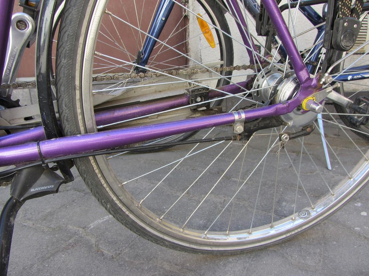 No kāpņu telpas nočiepj velosipēdu
