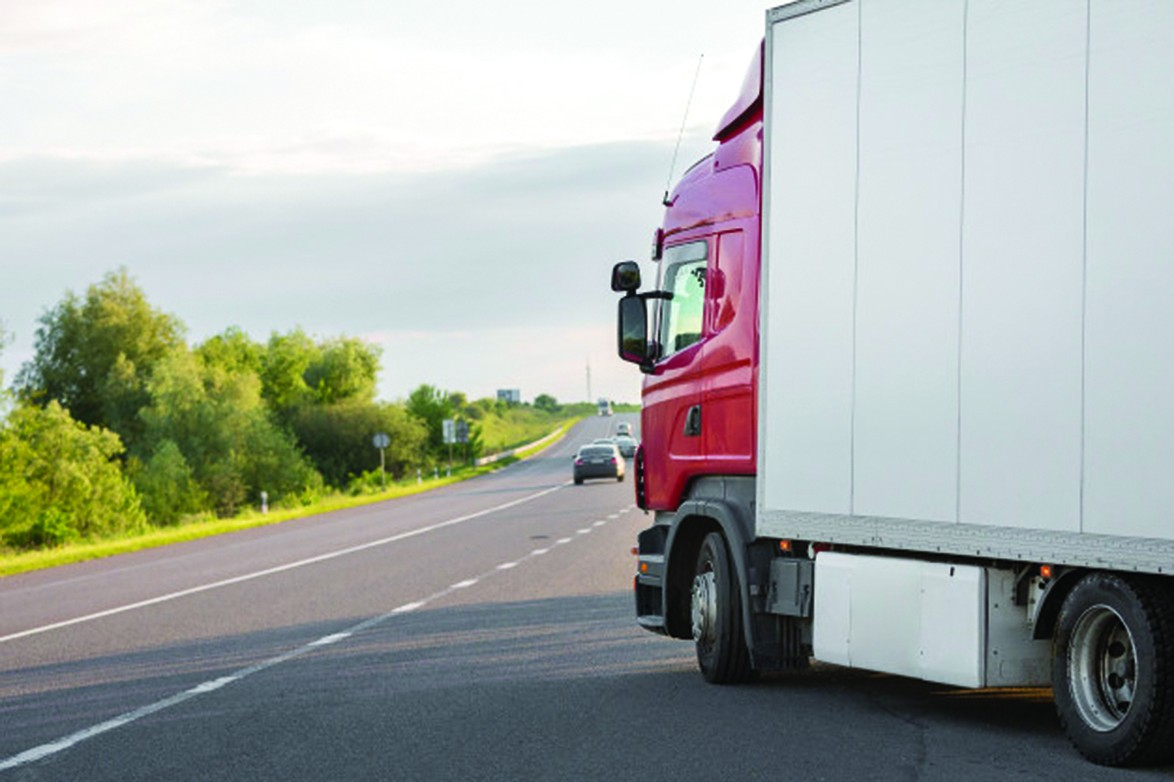 Ko domā kravas auto vadītāji? Nesēdēt astē un zināt aklās zonas – ieteikumi šoferiem