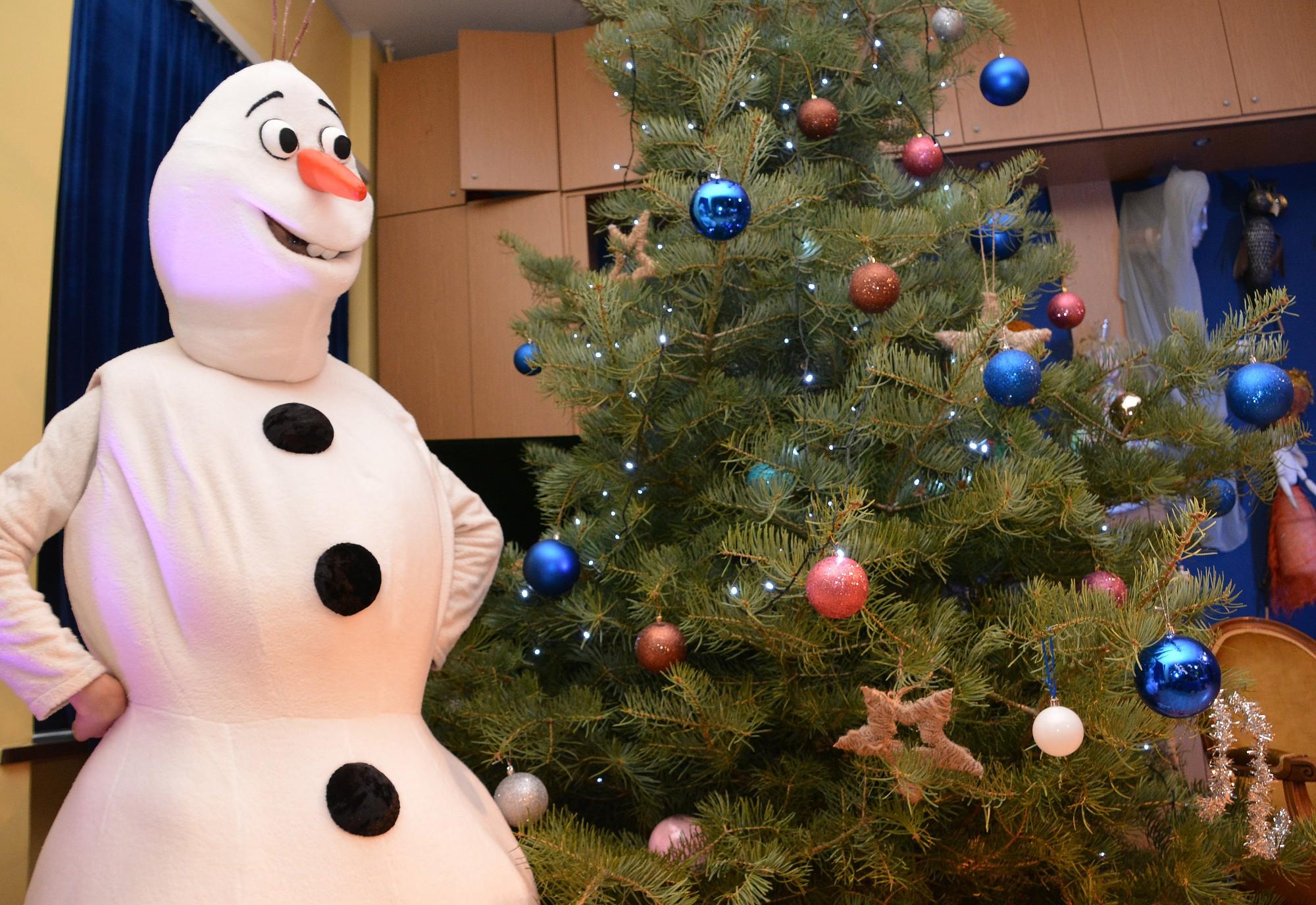 Lai cilvēki sajūt svētkus nākam. Redzamas pirmās Ziemassvētku eglītes