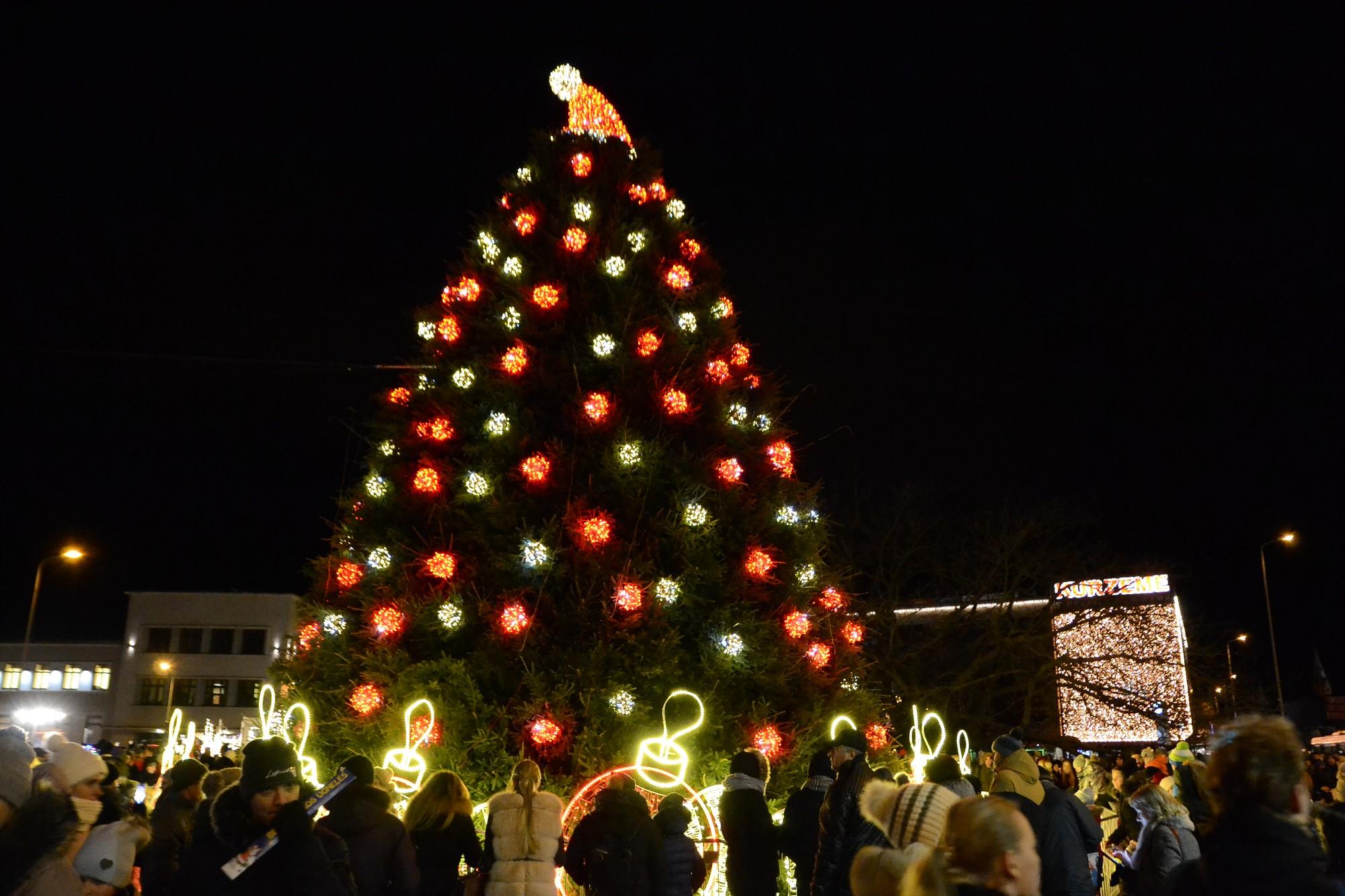 Svētki Apburtās pils galmā. Iemirdzējās pilsētas Ziemassvētku egle
