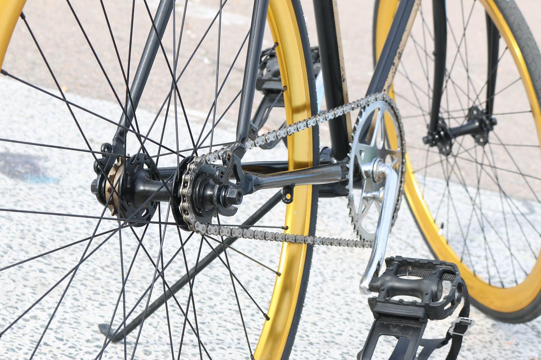 Aicinās riteņbraucējus aprīkot savus velosipēdus ar lukturiem un atstarotājiem