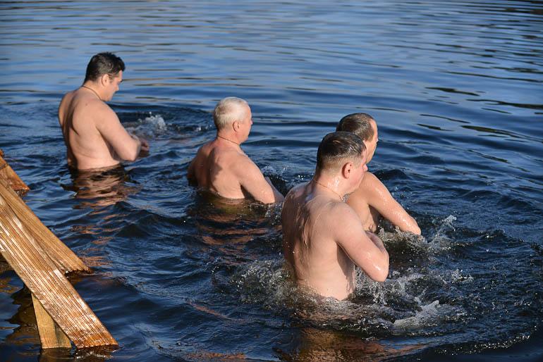 Beberliņos Kunga Kristīšanas svētkos gremdējas aukstā ūdenī