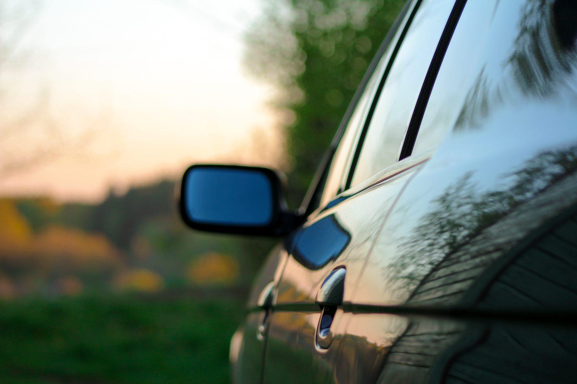 Ļaundaris dauza mašīnas un lauž spoguli, iedzīvotāji neizpratnē par policijas reakciju