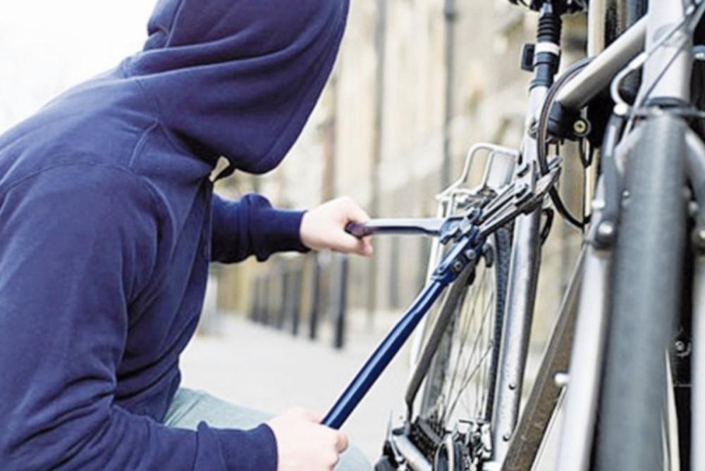 Nozagts pie veikala novietots velosipēds