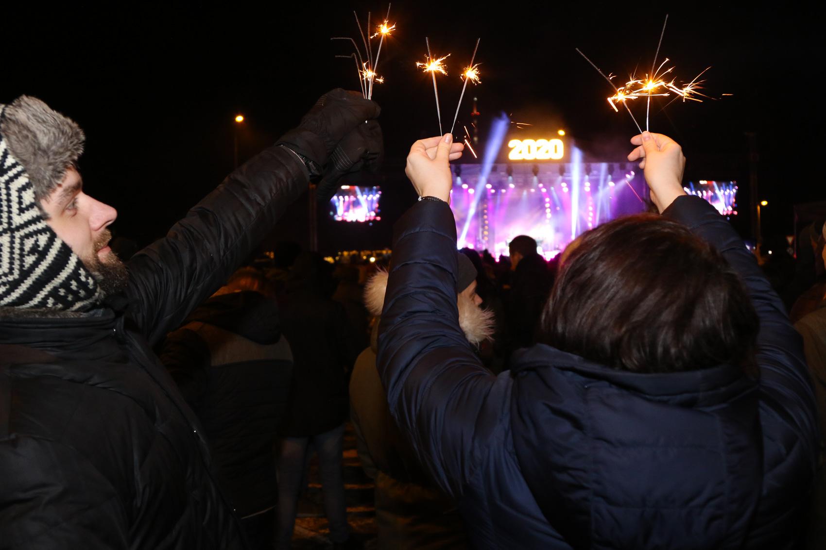 Liepājā Jauno gadu sagaida, savijoties latviskām tradīcijām ar leģendāru pasaules roku