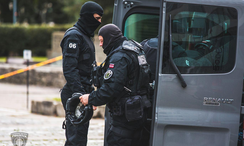 Policisti maskās aptur tramvaju un aiztur vairākus cilvēkus