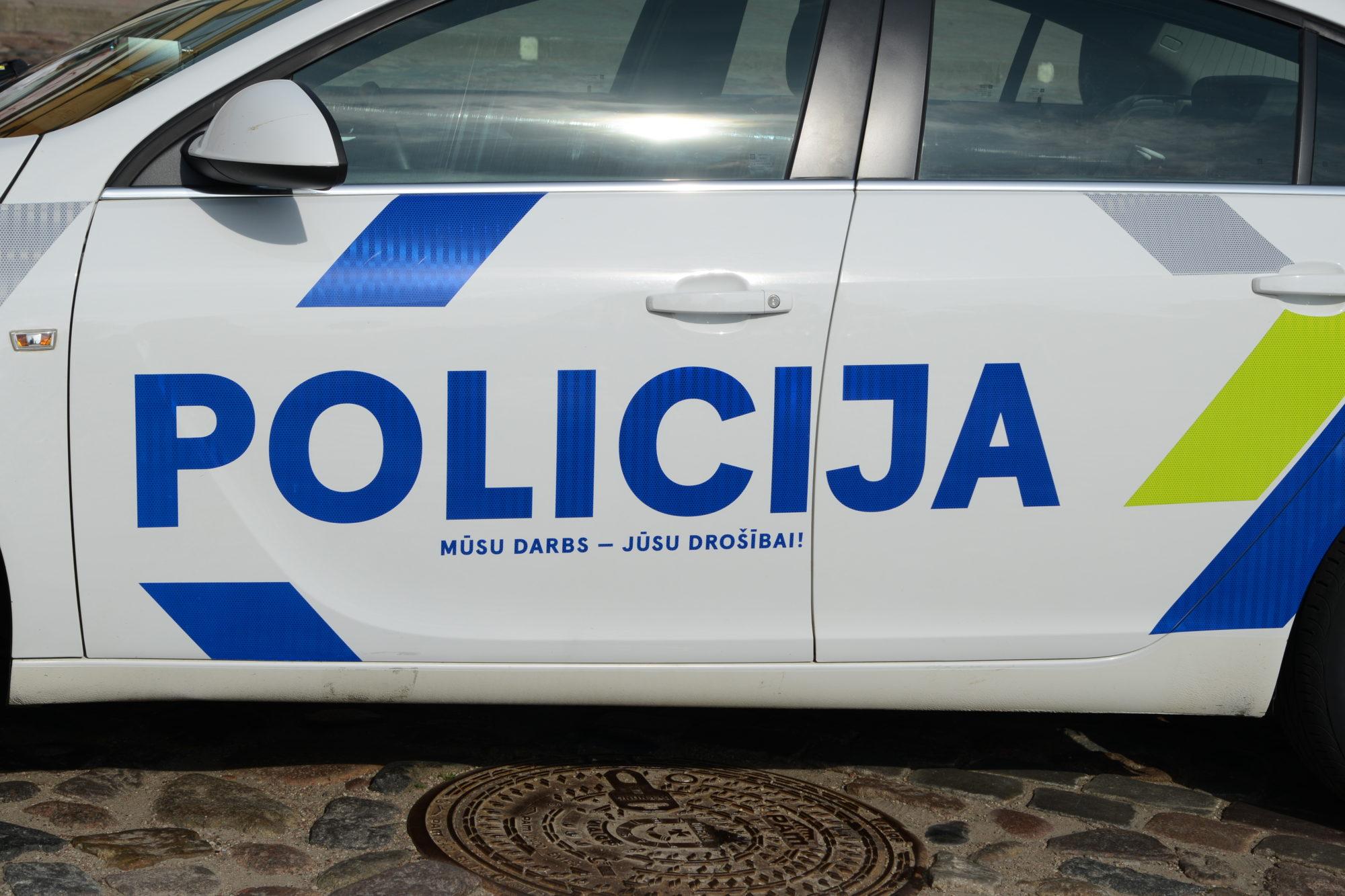 Valsts policija uz aizdomu pamata par nelikumīgu akcizēto preču apriti Kurzemē aiztur trīs personas