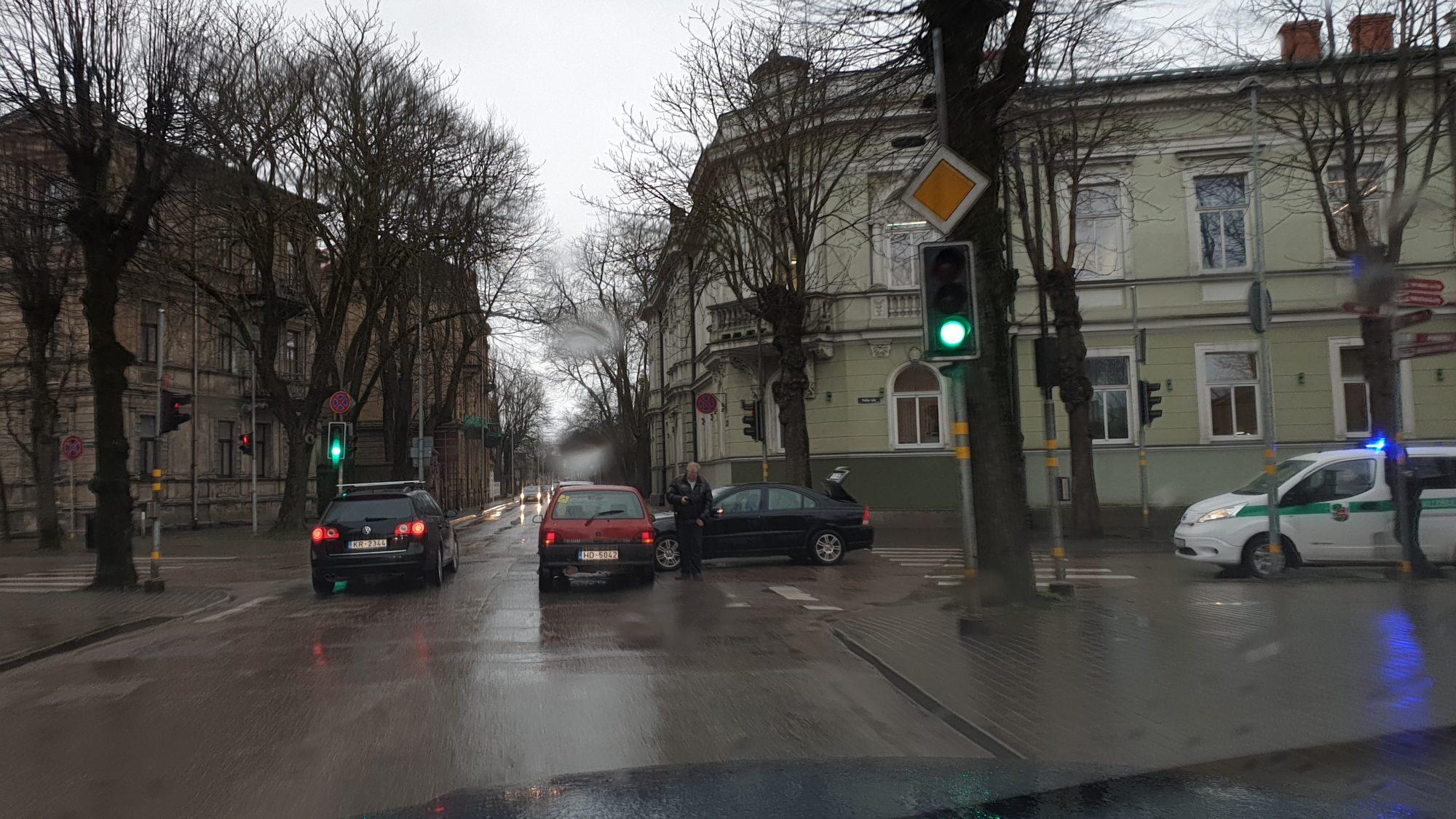 Divu automašīnu sadursme Uliha un Peldu ielas krustojumā
