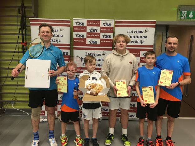 Liepājniekiem zelts un 4.vieta Latvijas ģimeņu kausā badmintonā