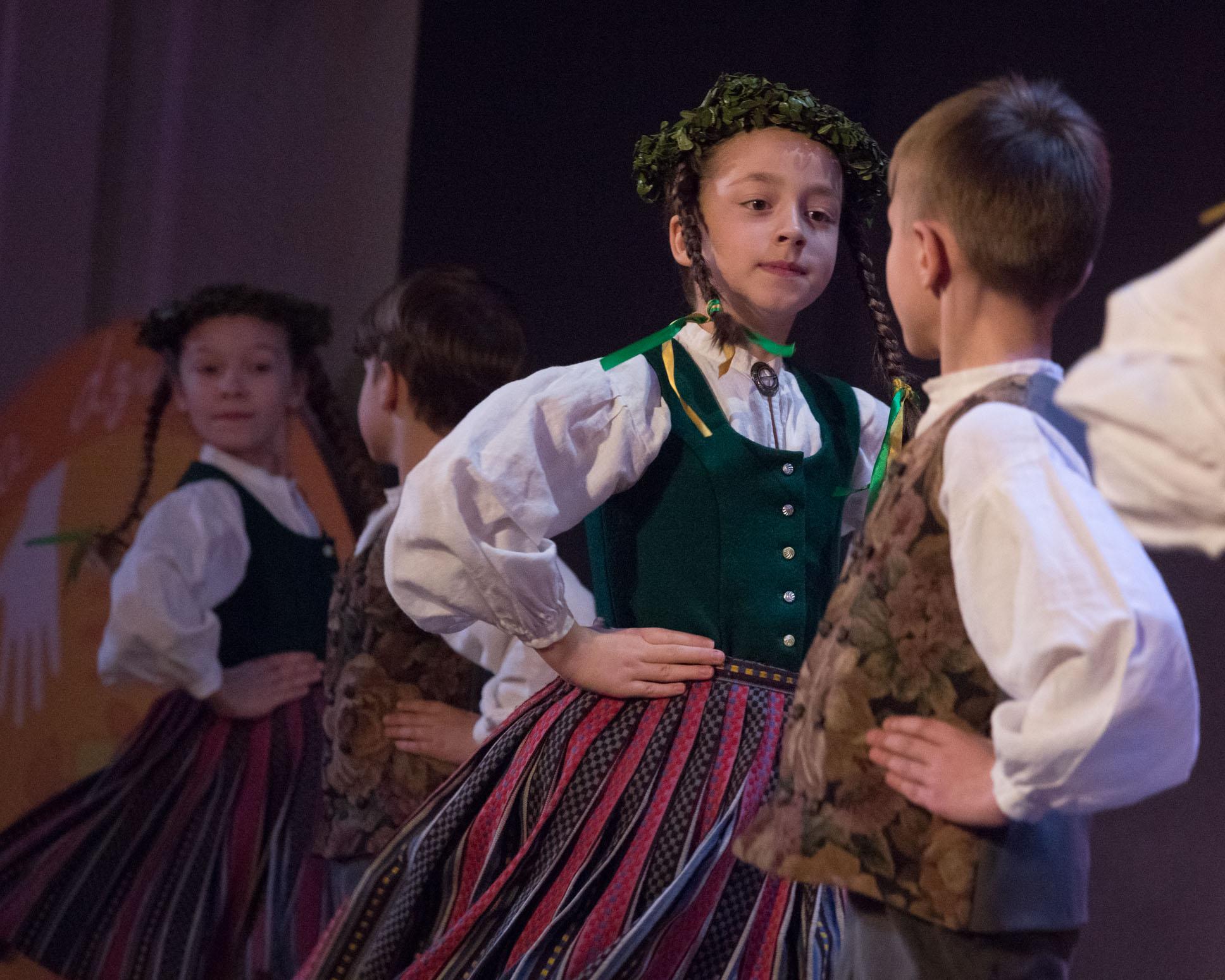"""Aicina pieteikties 17. Bērnu tautas deju svētkiem """"Pilna sauja dzintariņu"""""""