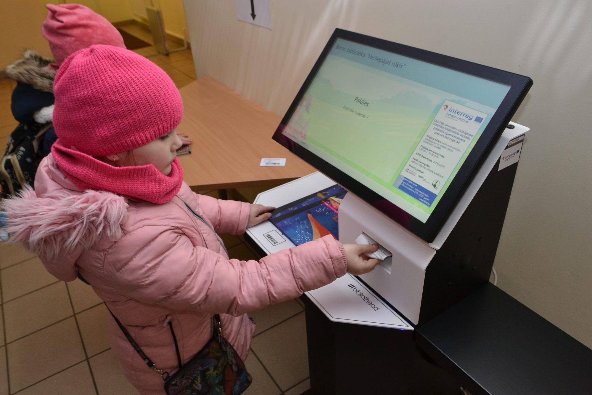 Bibliotēkā lasītāji sāk pierast pie pašapkalpošanās un elektroniskajām kartēm