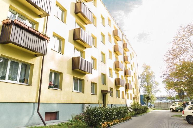 Iedzīvotājiem divu metru distance jāievēro arī daudzdzīvokļu namu koplietošanas telpās un pagalmos