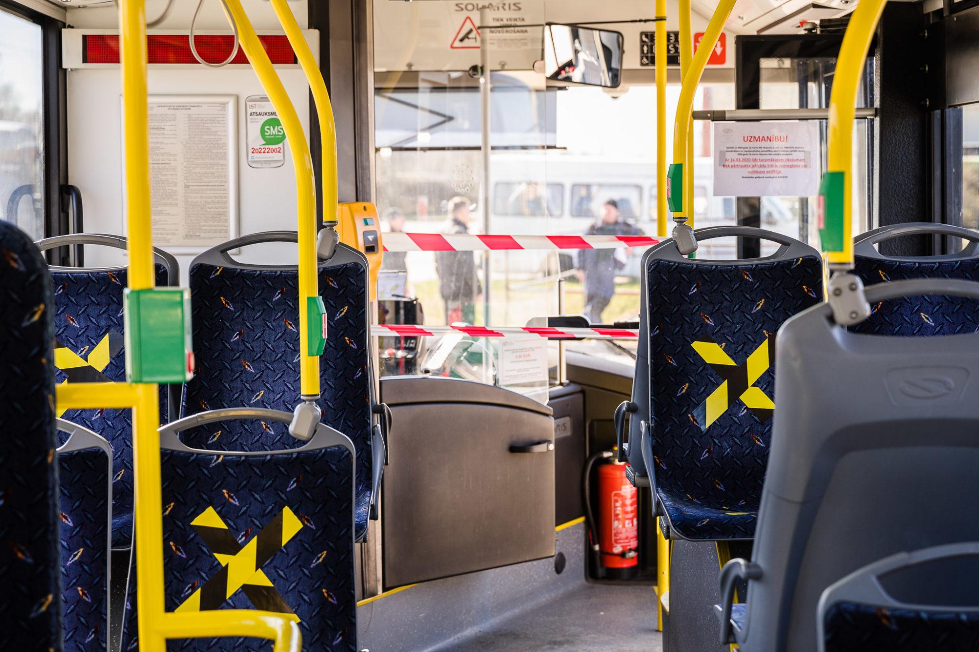 Distances ievērošanai sabiedriskajā transportā marķē sēdvietas
