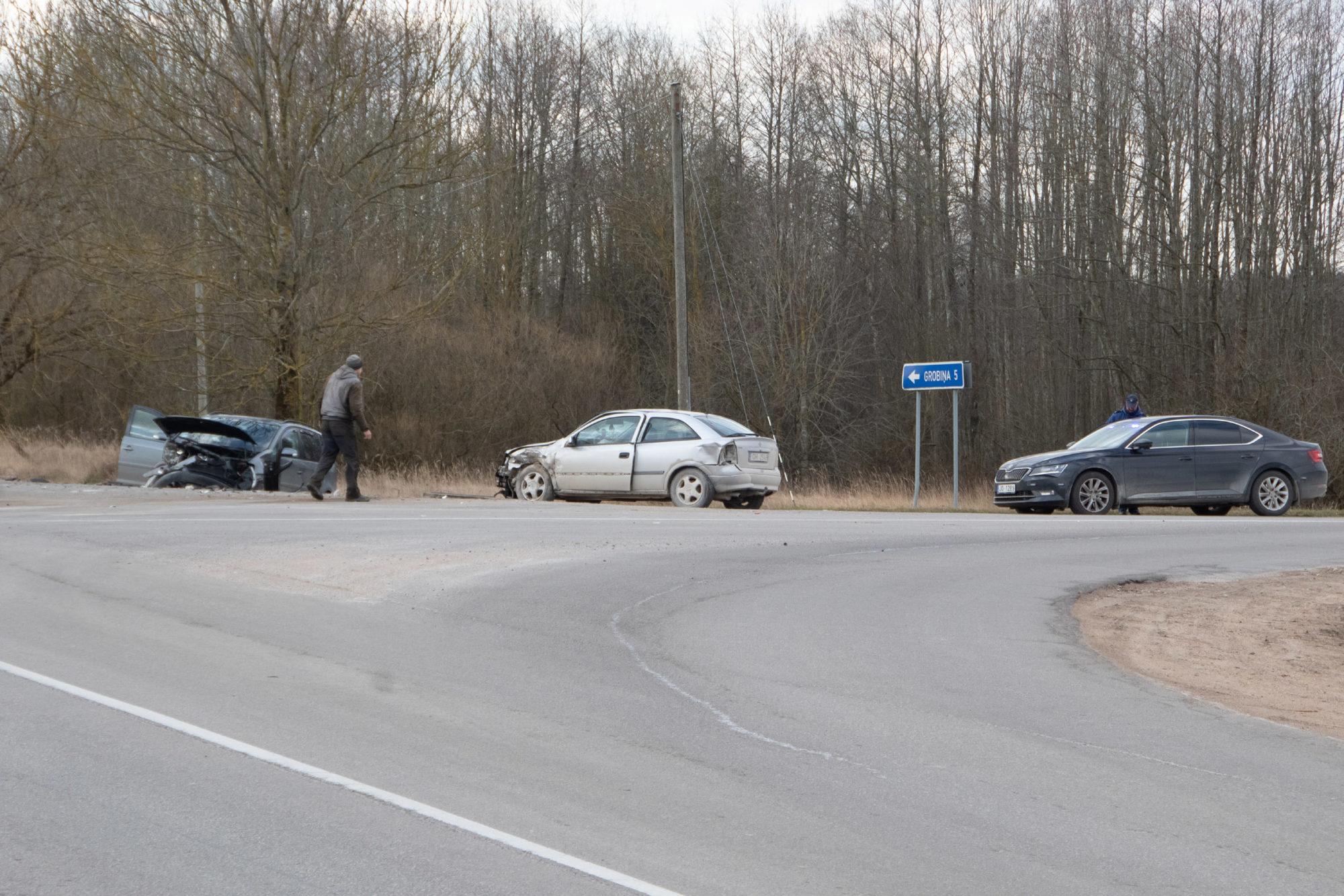 Divu automašīnu sadursmē Medzes pagastā cietusi sieviete