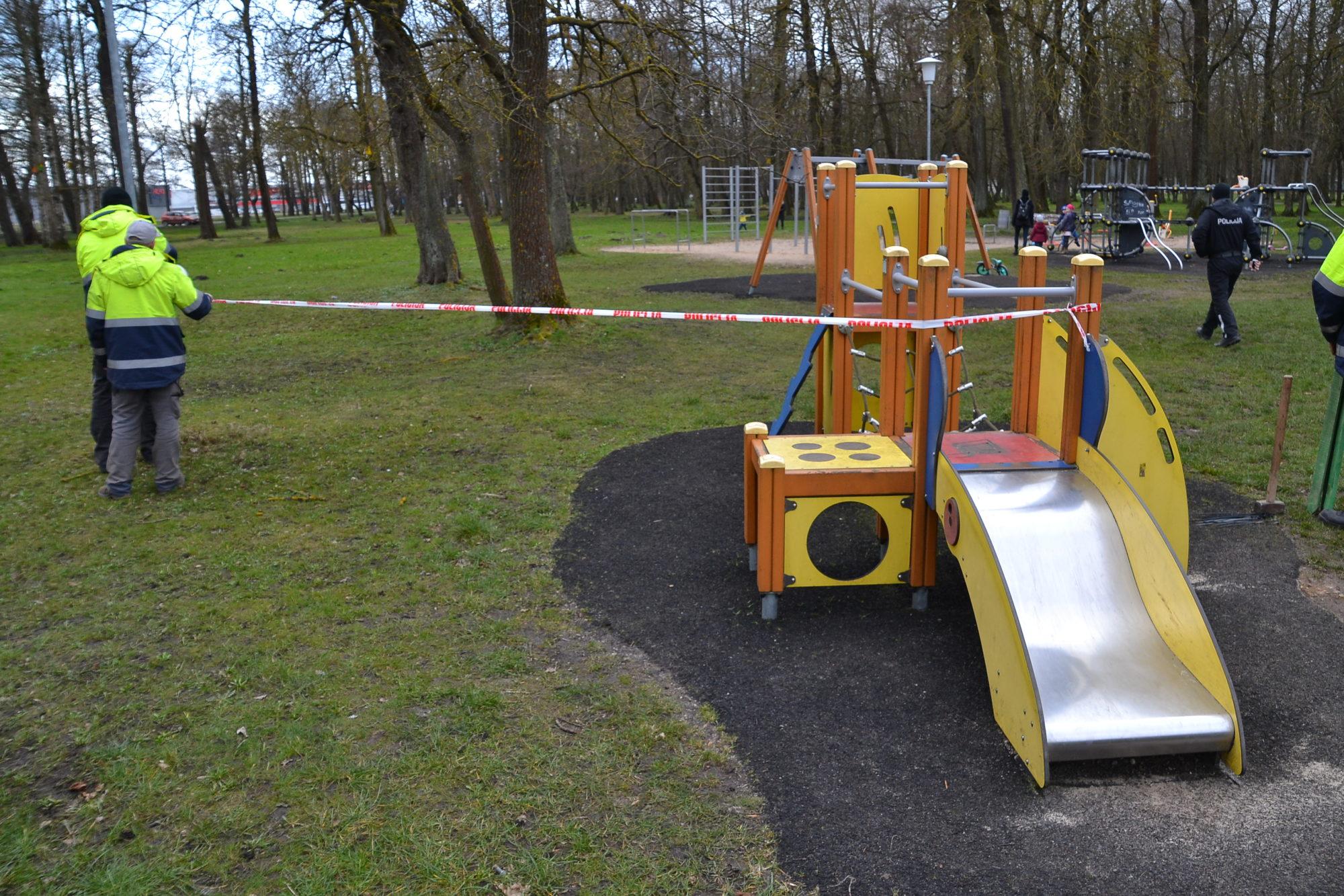 Liepājas rotaļu laukumos dzīvība apstājas – bīstams var būt arī netiešs kontakts