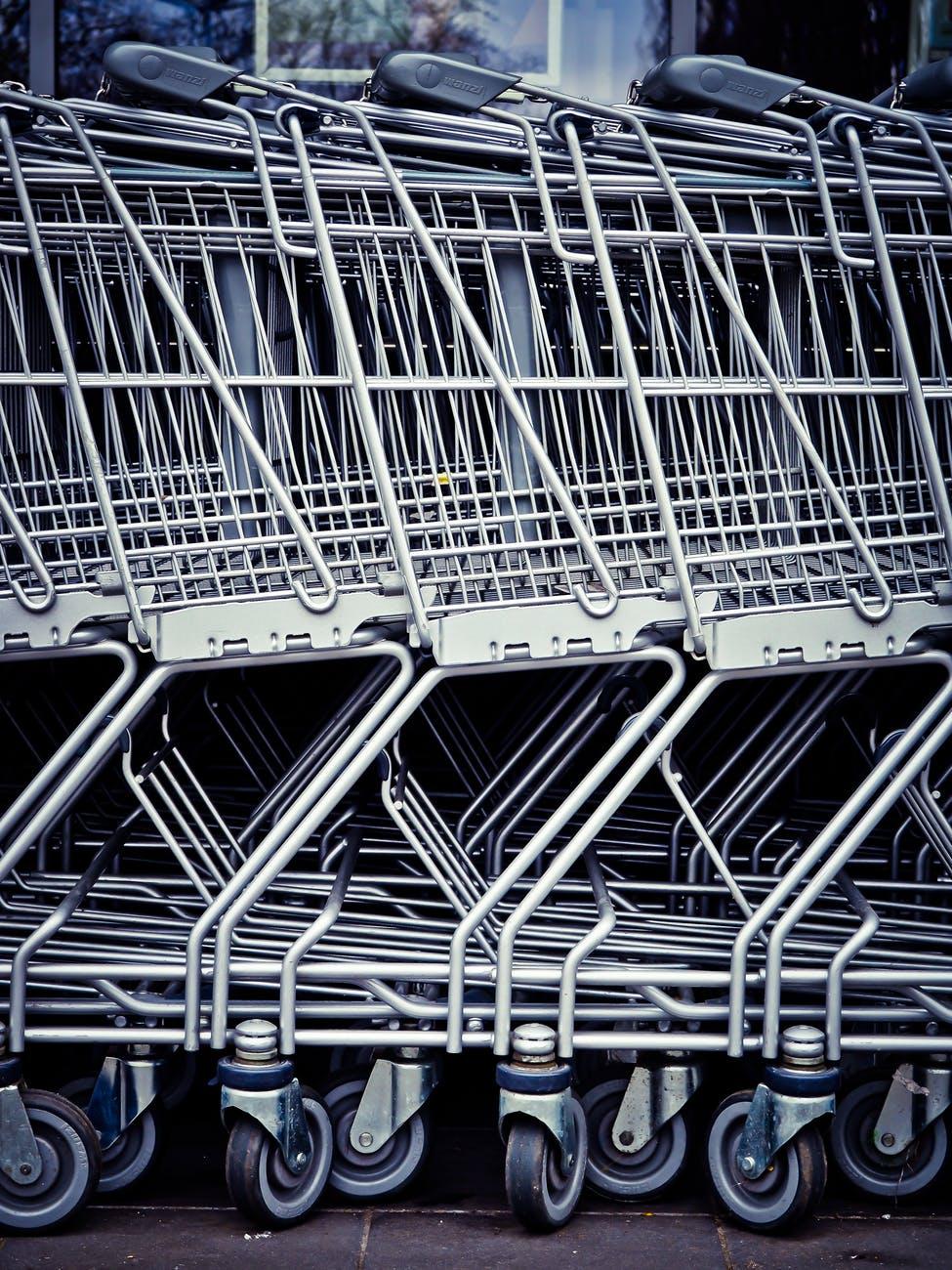 Nedēļas nogalēs slēgs tirdzniecības centrus, izņemot pārtikas veikalus, aptiekas un būvniecības veikalus