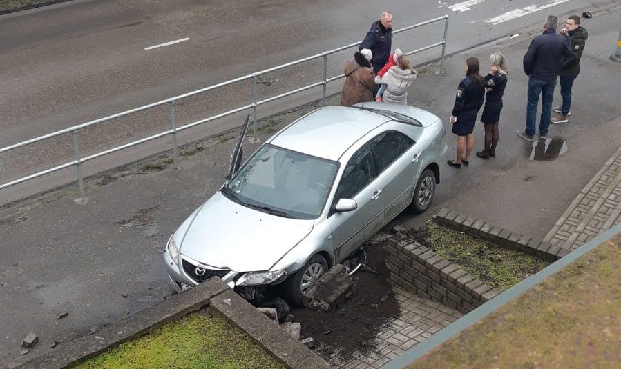Eduarda Veidenbauma un Ganību ielas krustojumā notikusi divu automašīnu sadursme, negadījumā cietusi sieviete
