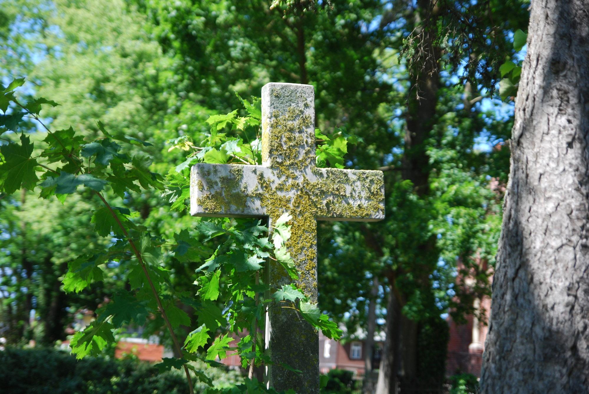 Par kapu pieminekļu zādzību Centrālajā kapsētā notiesā lietuvieti