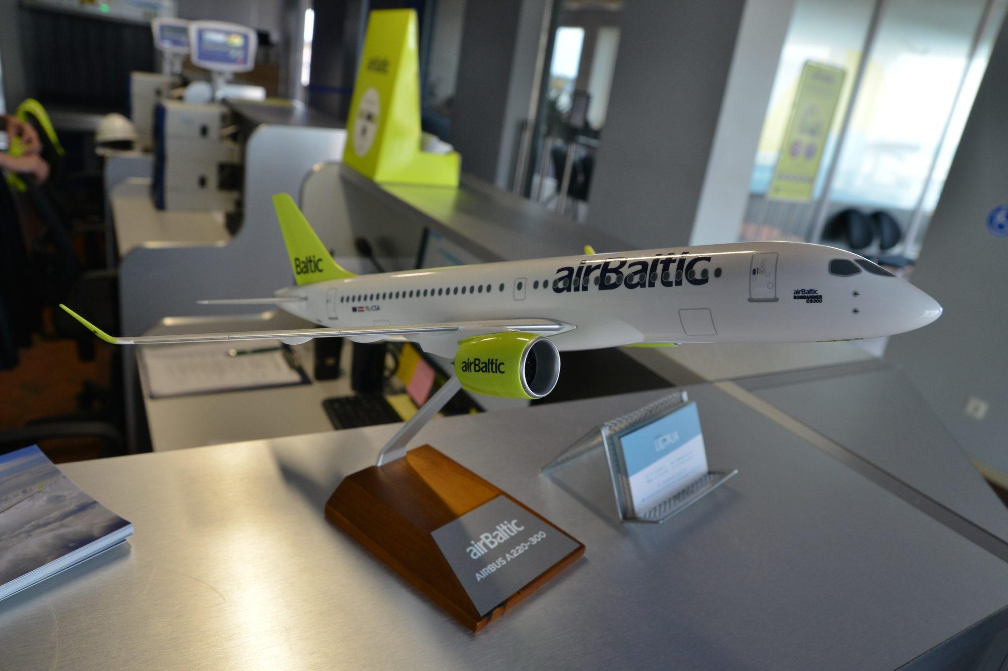 """""""airBaltic"""" plāno samazināt darbinieku skaitu par 400 vai vairāk cilvēkiem"""