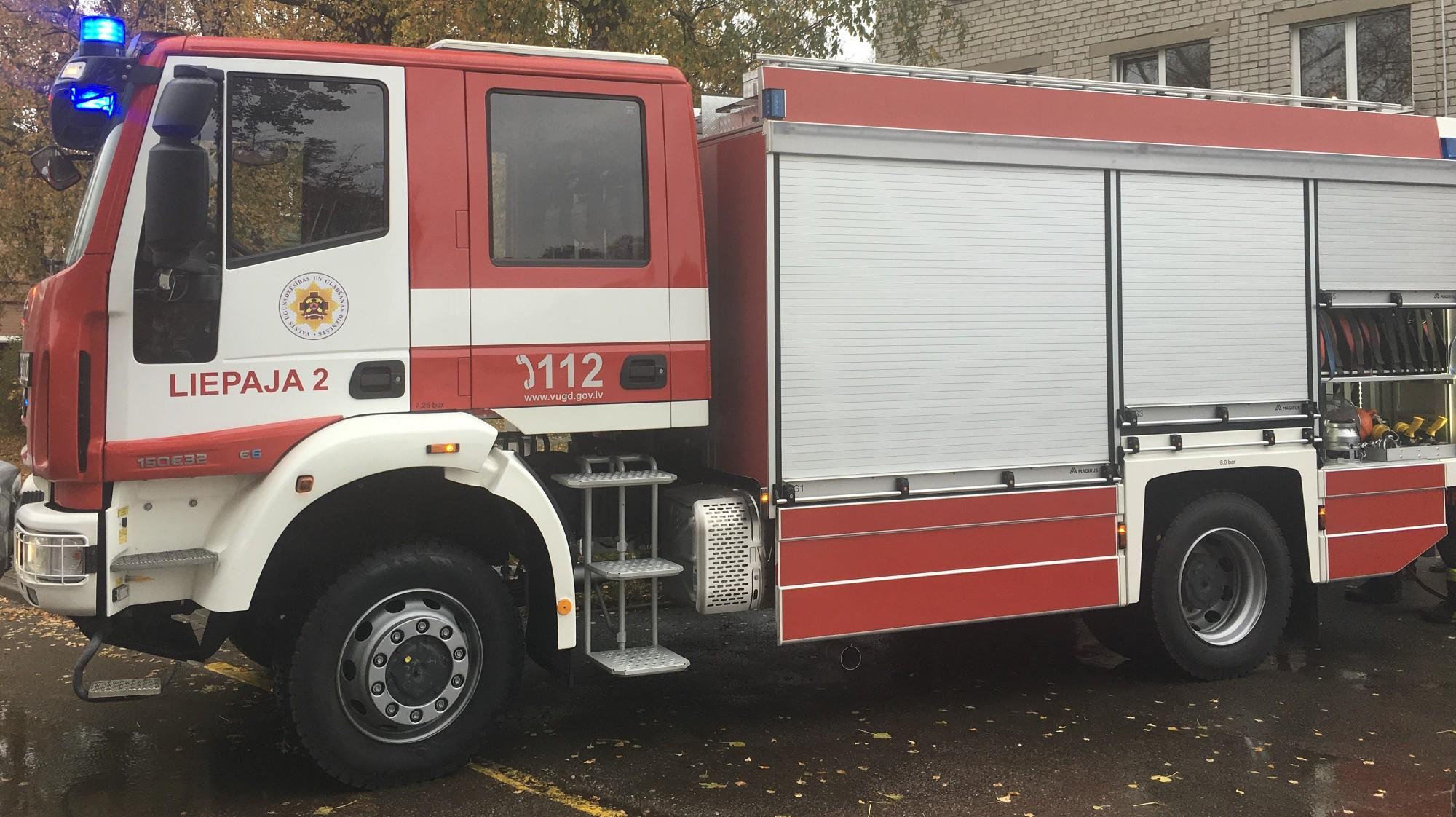 Karostā degusi kravas automašīna