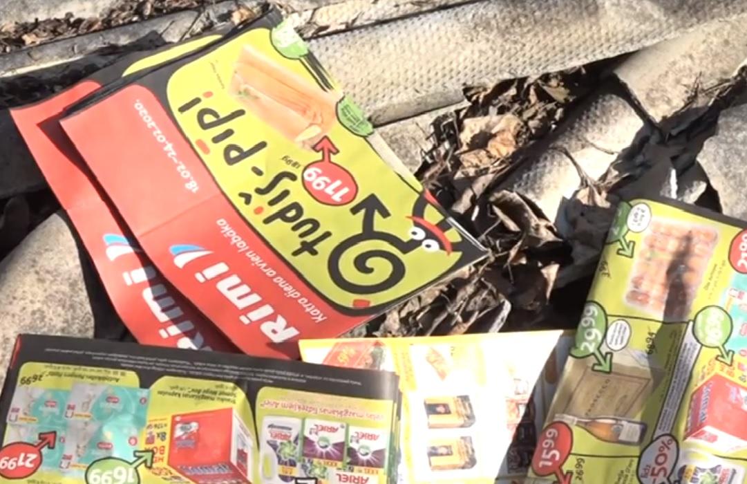 Karostas mežā izmet lielu daudzumu veikalu reklāmu avīzes