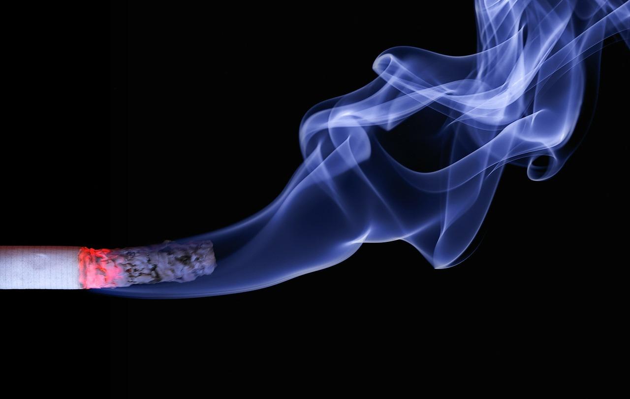 Pieķer jaunieti, kas nepilngadīgajiem iegādājas smēķēšanas šķidrumu