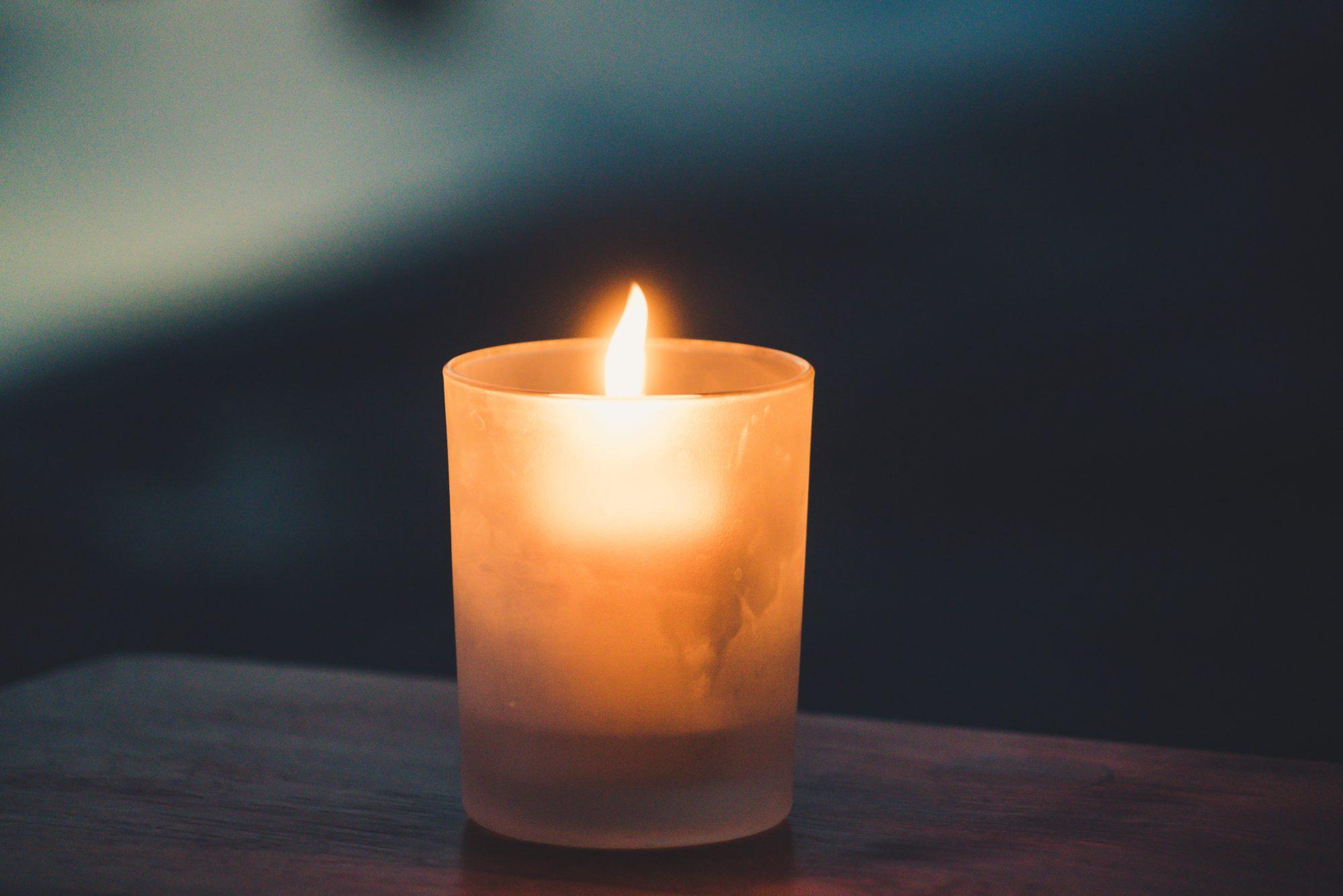 Bez elektrības palikušie liepājnieki atceras par svecēm