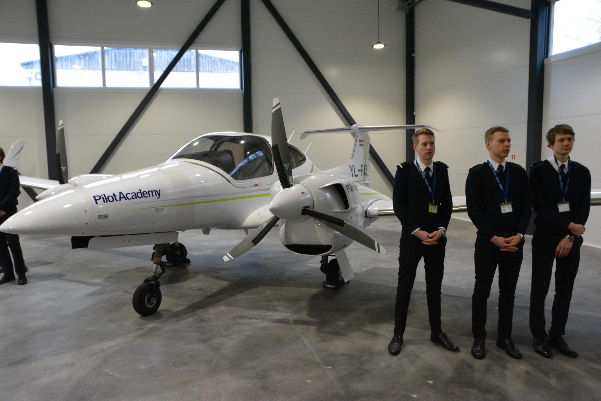 """Liepājā atklāj """"AirBaltic Training"""" Pilotu akadēmijas lidmašīnu angāru"""