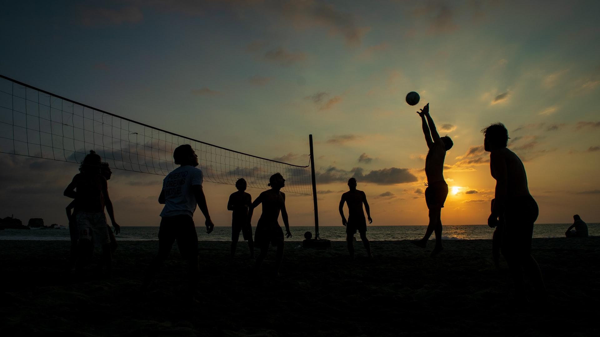 """Dienas prieks: Cilvēki uztur sportisko formu ar """"pašizolācijas"""" volejbolu"""