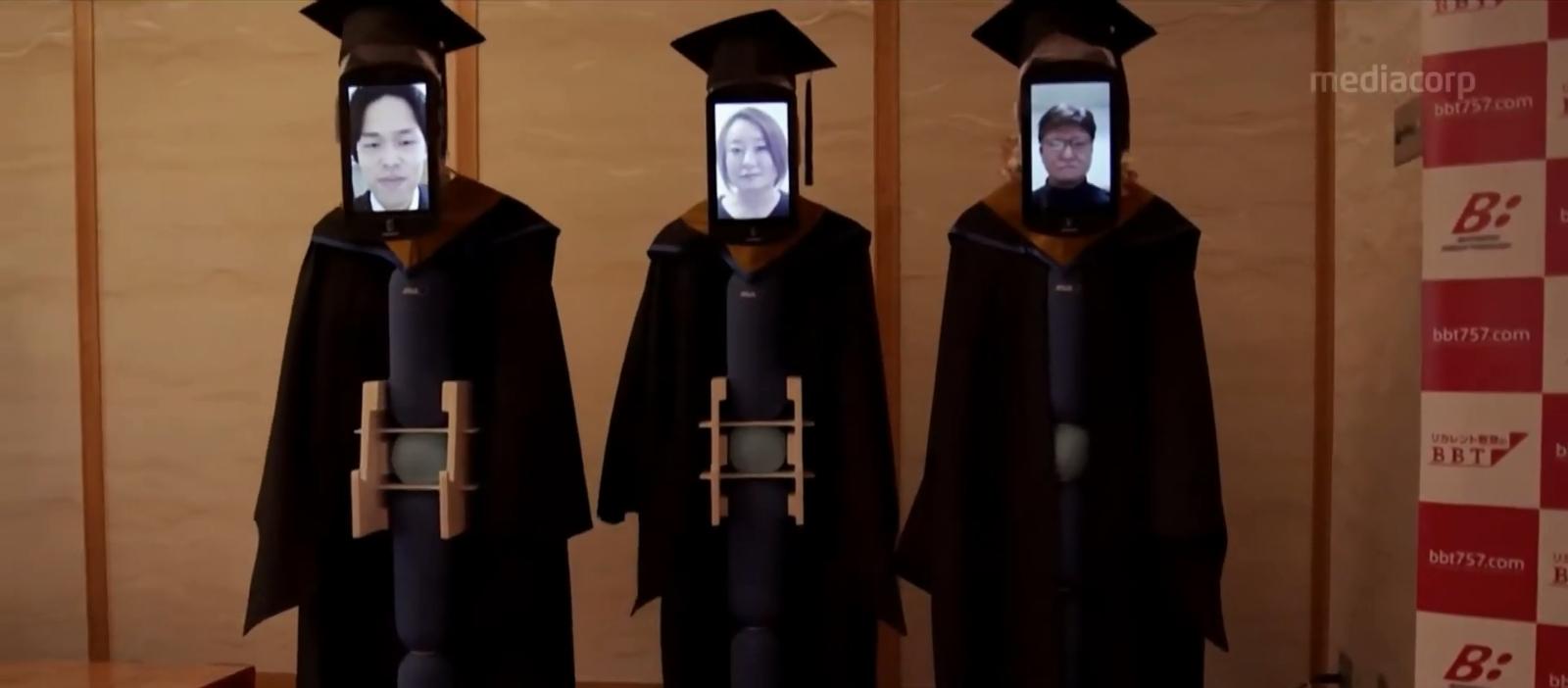 """Dienas prieks: Japānas studenti izmanto tehnoloģijas, lai """"klātienē"""" saņemtu diplomus"""